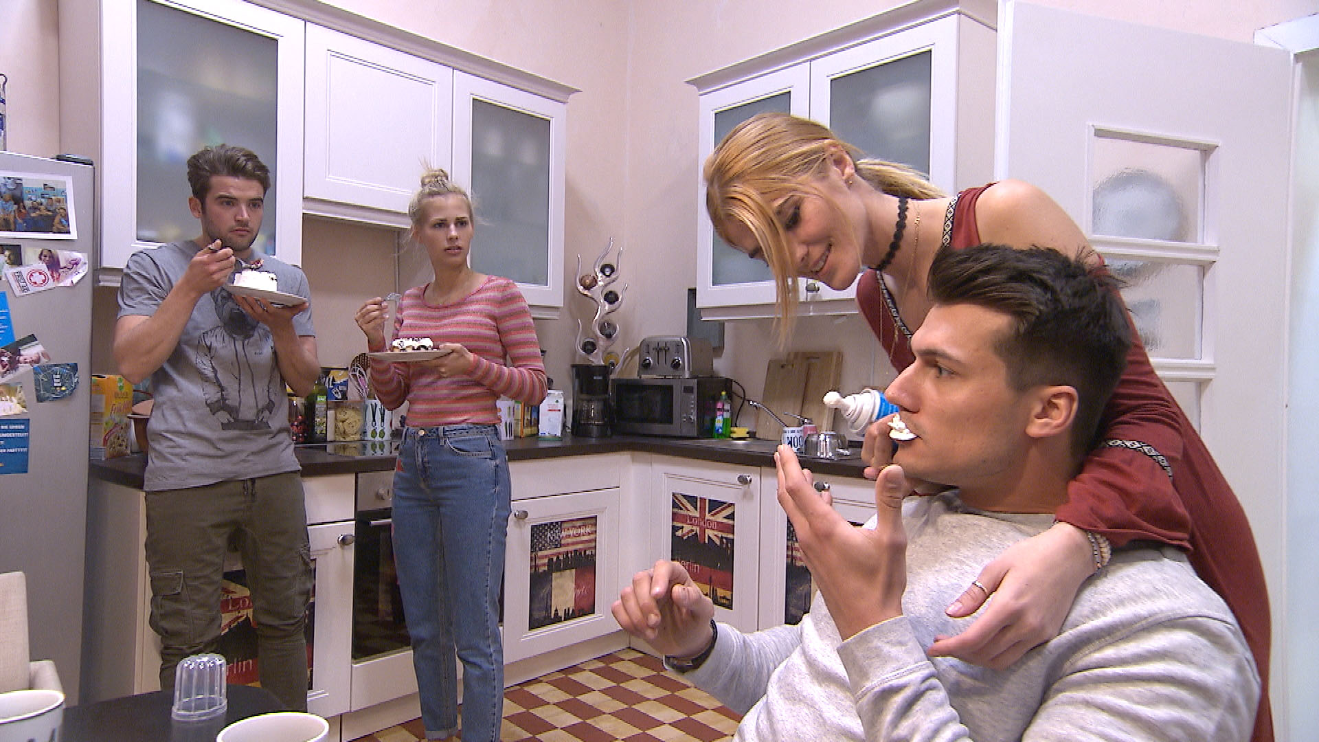 Flo ist genervt, als er Marc und Jule knutschend in der Küche antrifft (Quelle: RTL 2)