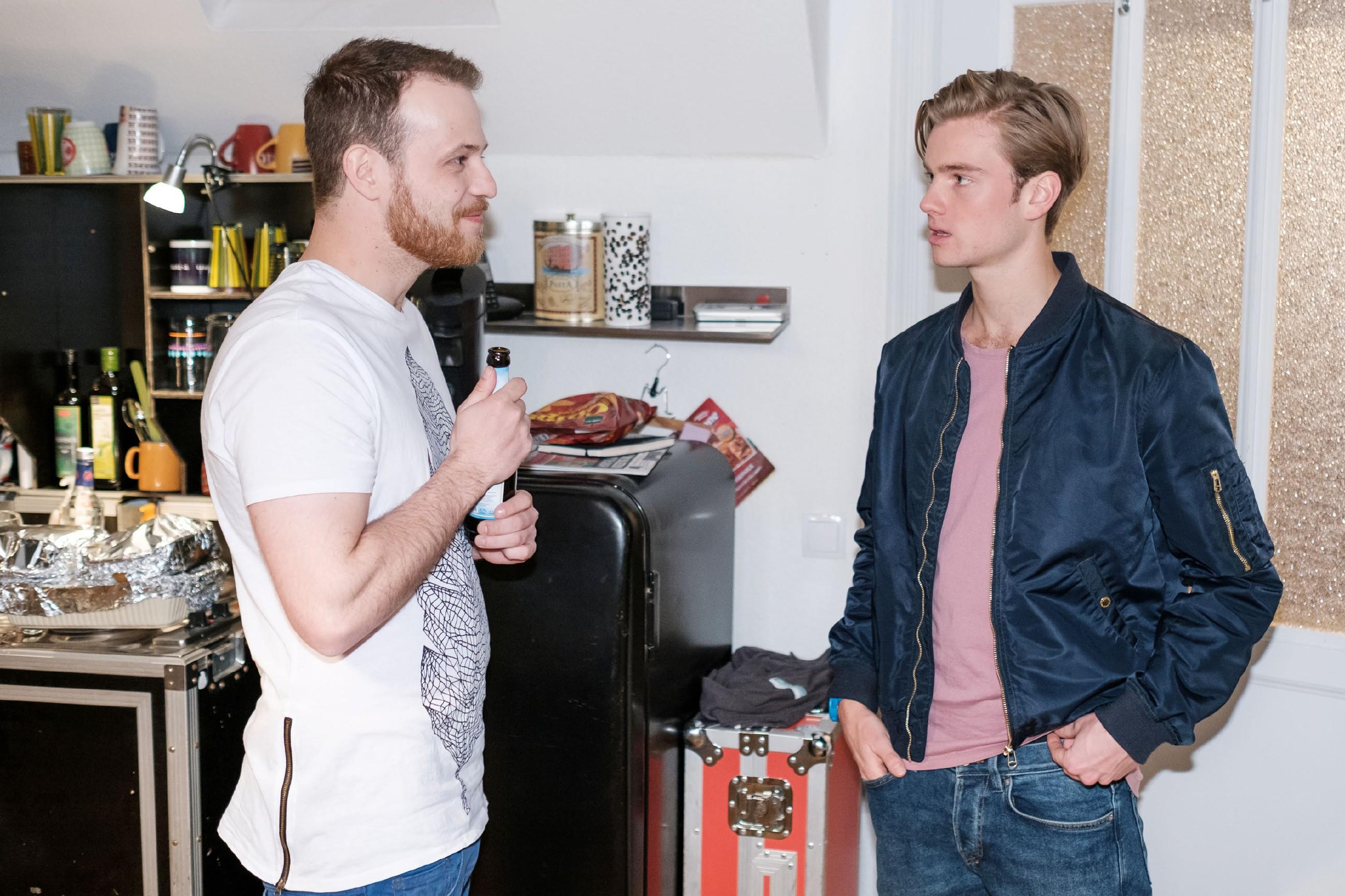 Valentin (Aaron Koszuta, r.) steht in Gegenwart von Tobias (Patrick Müller) über den Dingen und nimmt Ringos Drohung nicht ernst. (Quelle: MG RTL D / Stefan Behrens)
