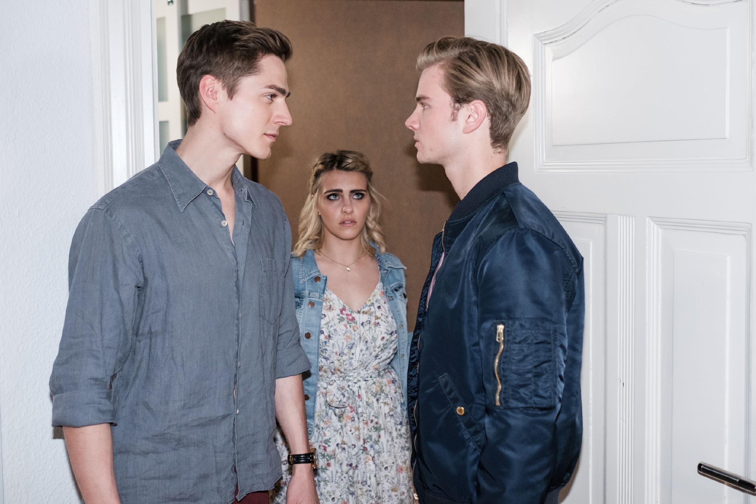 Valentin (Aaron Koszuta, r.) durchschaut Ringos (Timothy Boldt) Racheaktion und stellt ihn vor Linda (Sarah Mangione) und den anderen Gästen bloß... (Quelle: MG RTL D / Stefan Behrens)