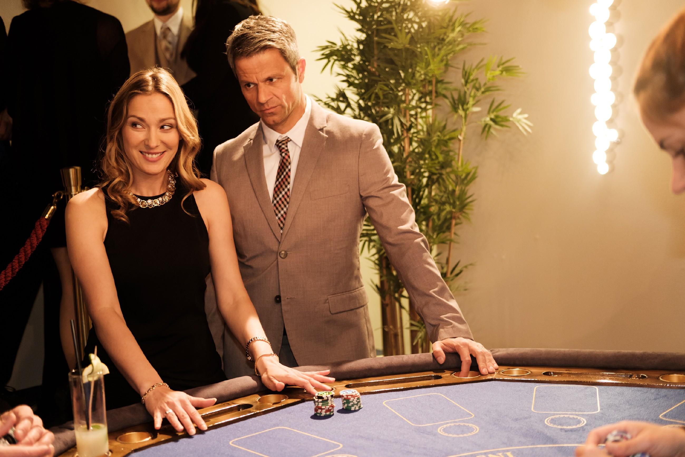Während Andrea (Astrid Leberti) sich im Casino arglos über ihren Gewinn freut, ist Benedikt (Jens Hajek) etwas befremdet über Andrea's Leidenschaft fürs Glücksspiel... (Quelle: MG RTL D / Stefan Behrens)