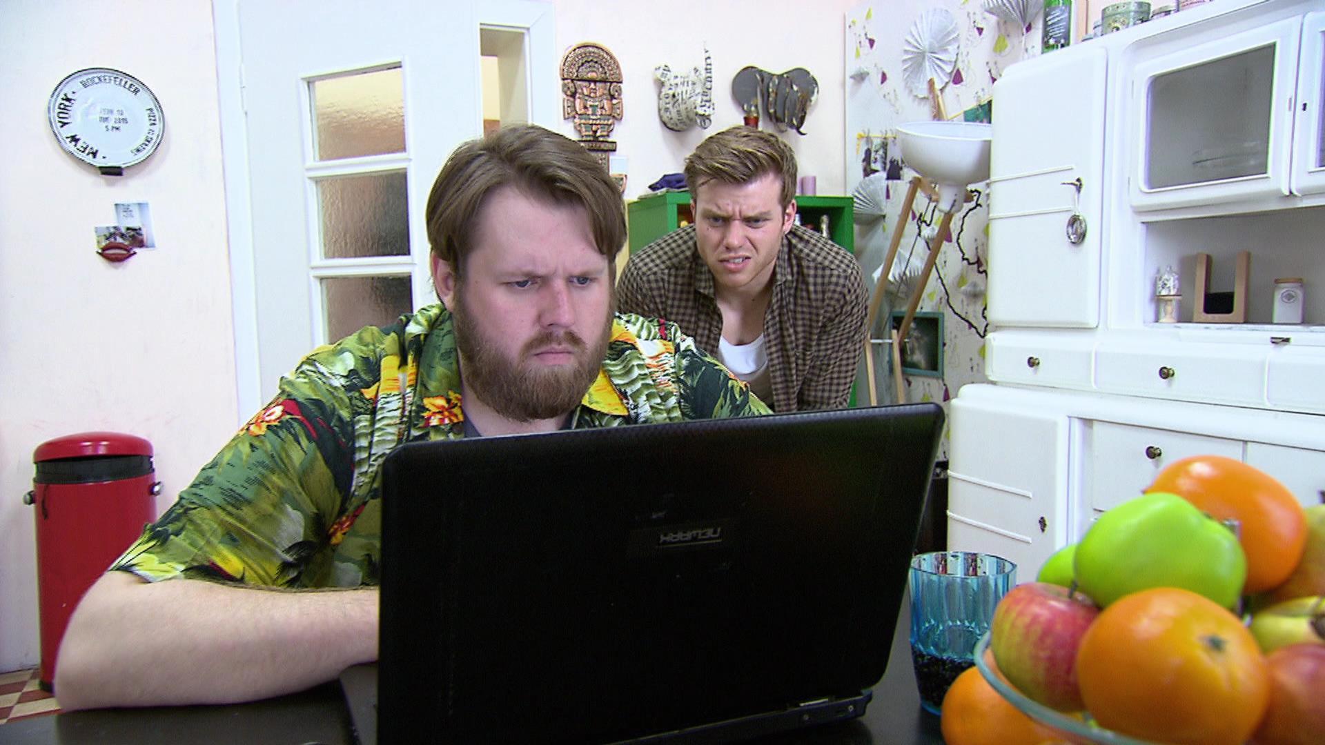 Jan (li.) versucht Hollys Webshow zu sabotieren. Foto re.: Felix (Quelle: RTL 2)
