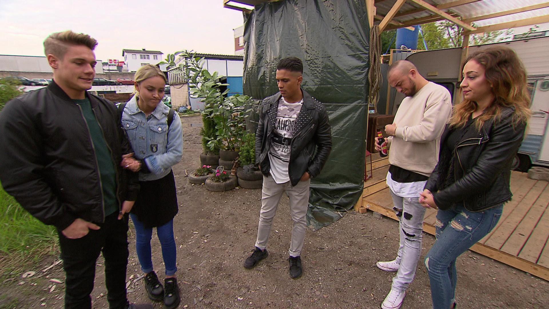 Elli lädt Ben, Lina und Chico auf den Schrottplatz ein. (v.li.: Ben, Lina, Chico, Rocco, Elli) (Quelle: RTL 2)