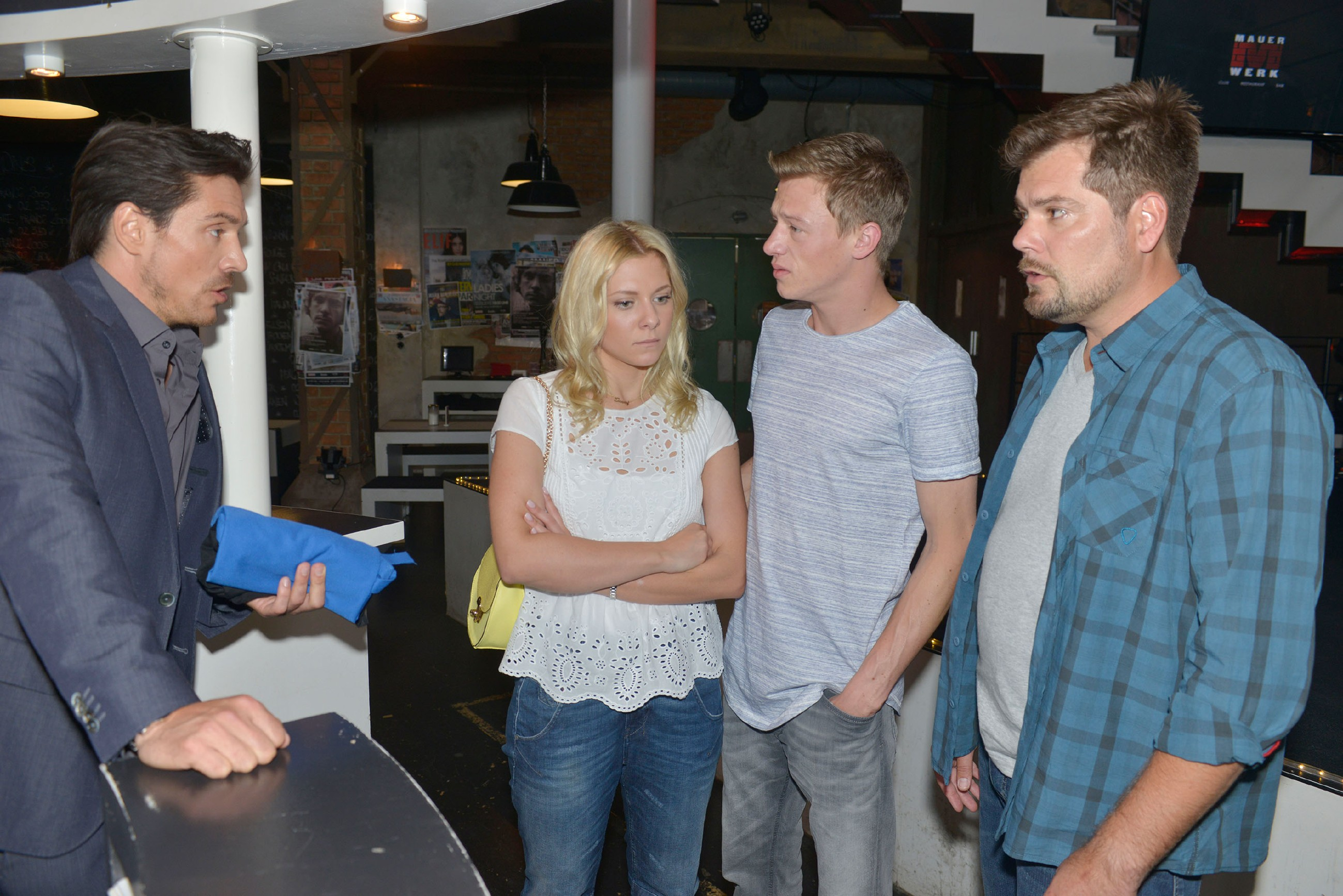 Vince (Vincent Krüger, 2.v.r.) und Leon (Daniel Fehlow, r.) versuchen zu verhindern, dass David (Philipp Christopher) Sunny (Valentina Pahde) den Kellnerjob kündigt.