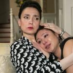 AWZ: Simone (Tatjana Clasing, l.) fängt Vanessa (Julia Augustin) auf, die darunter leidet, Christoph nicht verzeihen zu können