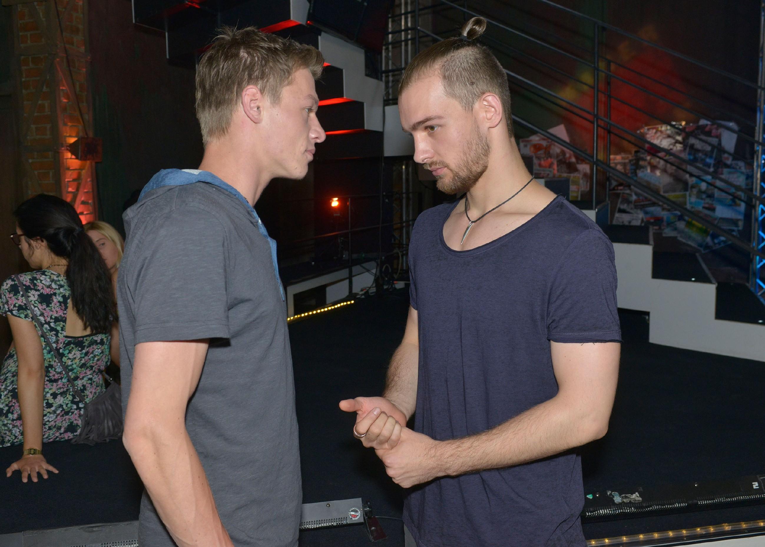 Vince (Vincent Krüger, l.) ist von Chris (Eric Stehfest) tief enttäuscht und macht ihm schwere Vorwürfe.