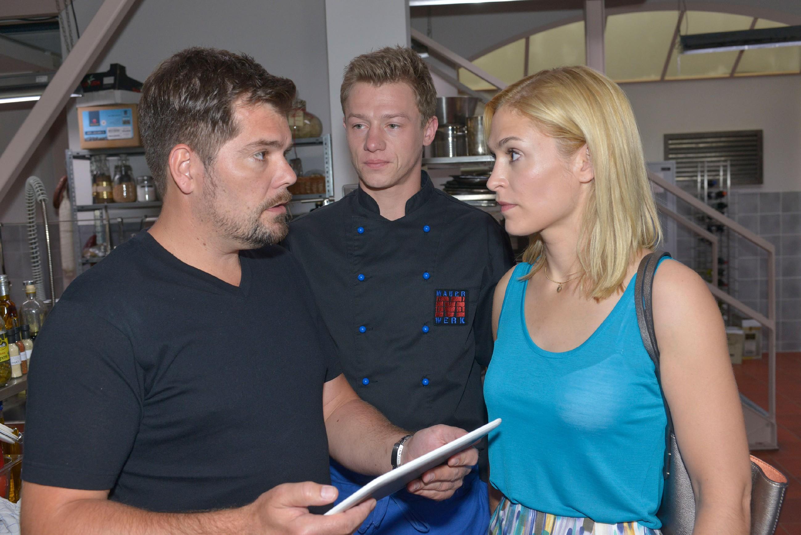 Leon (Daniel Fehlow, l.), Vince (Vincent Krüger) und Sophie (Lea Marlen Woitack) realisieren, dass der Korruptionsskandal um Gerner hohe Wellen schlägt.