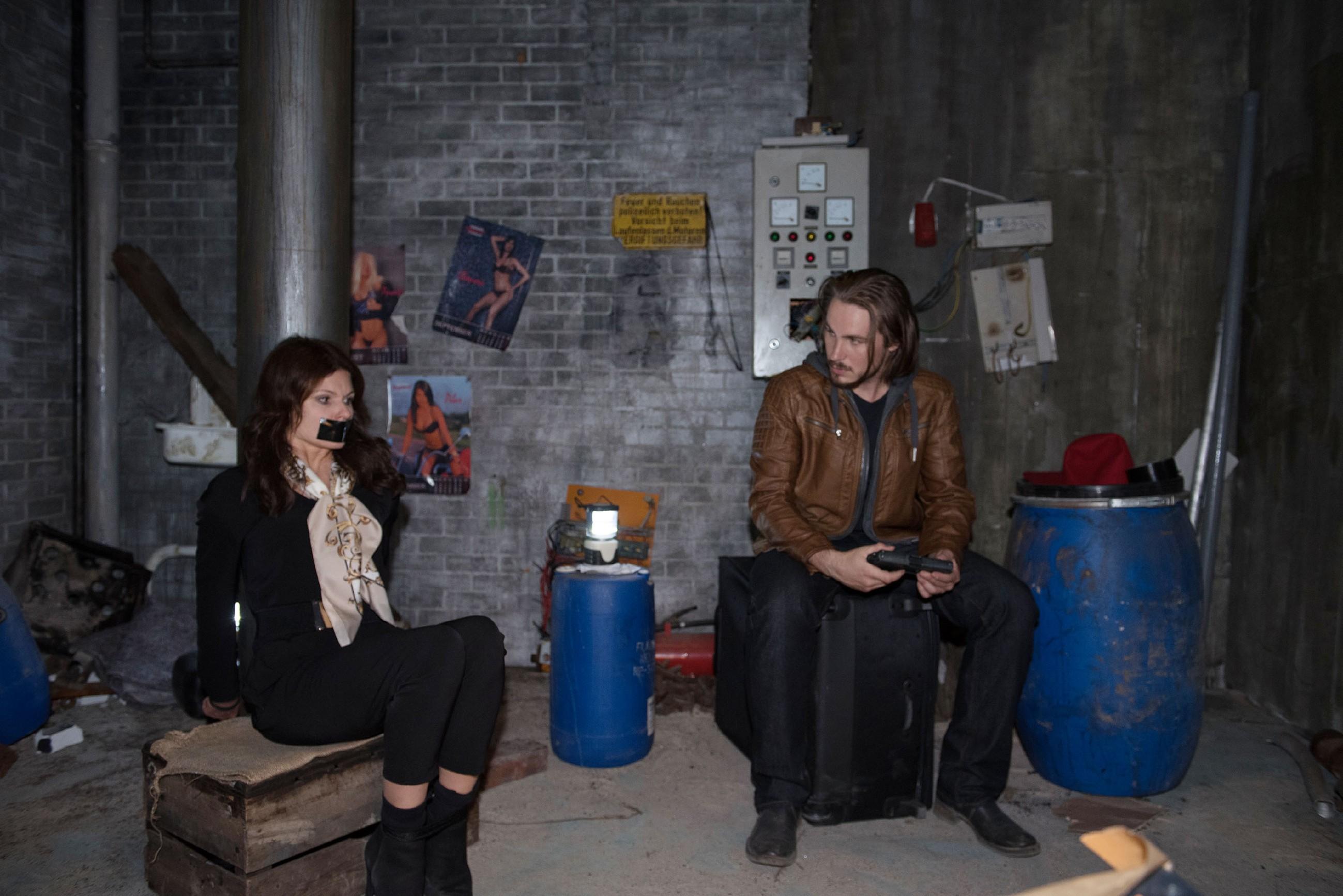 Britta (Tabea Heynig) wird weiterhin von Schrader gefangen gehalten, doch der scheint keinen konkreten Plan davon zu haben, was Britta ihm hysterisch an den Kopf wirft...