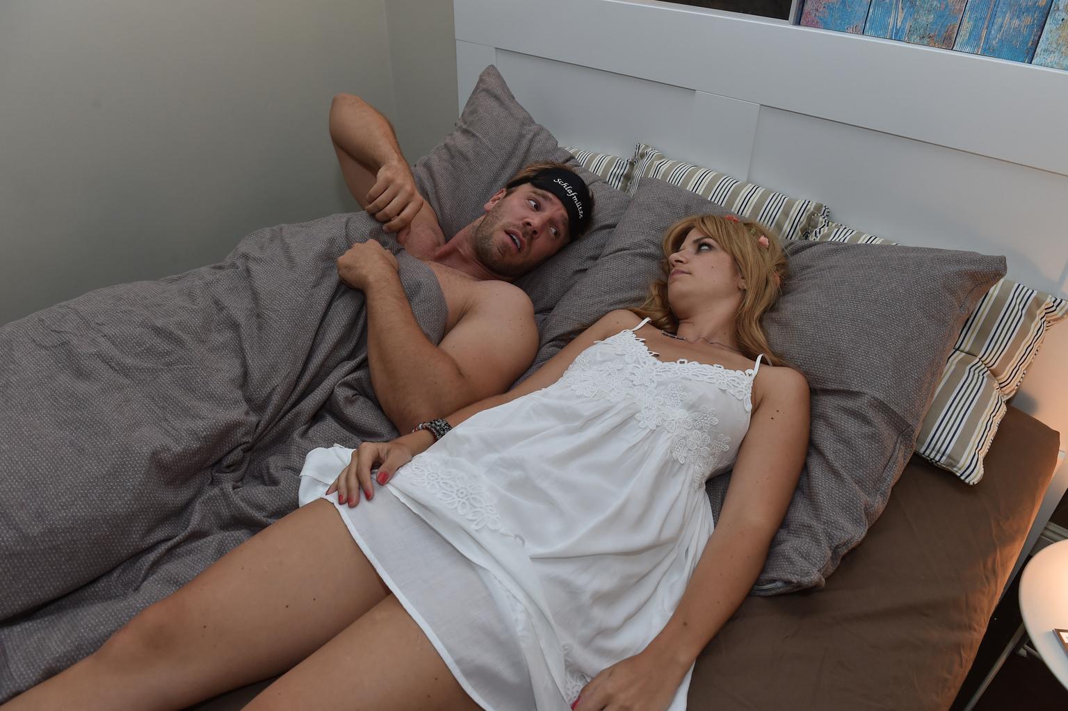 Mila (Susan Sideropoulos, l.) muss sich eingestehen, dass ihr Casual-Sex Date Ralph (Dominic Boeer, r.) keine erotische Stimmung aufkommen lässt ... (Quelle: Sat 1)