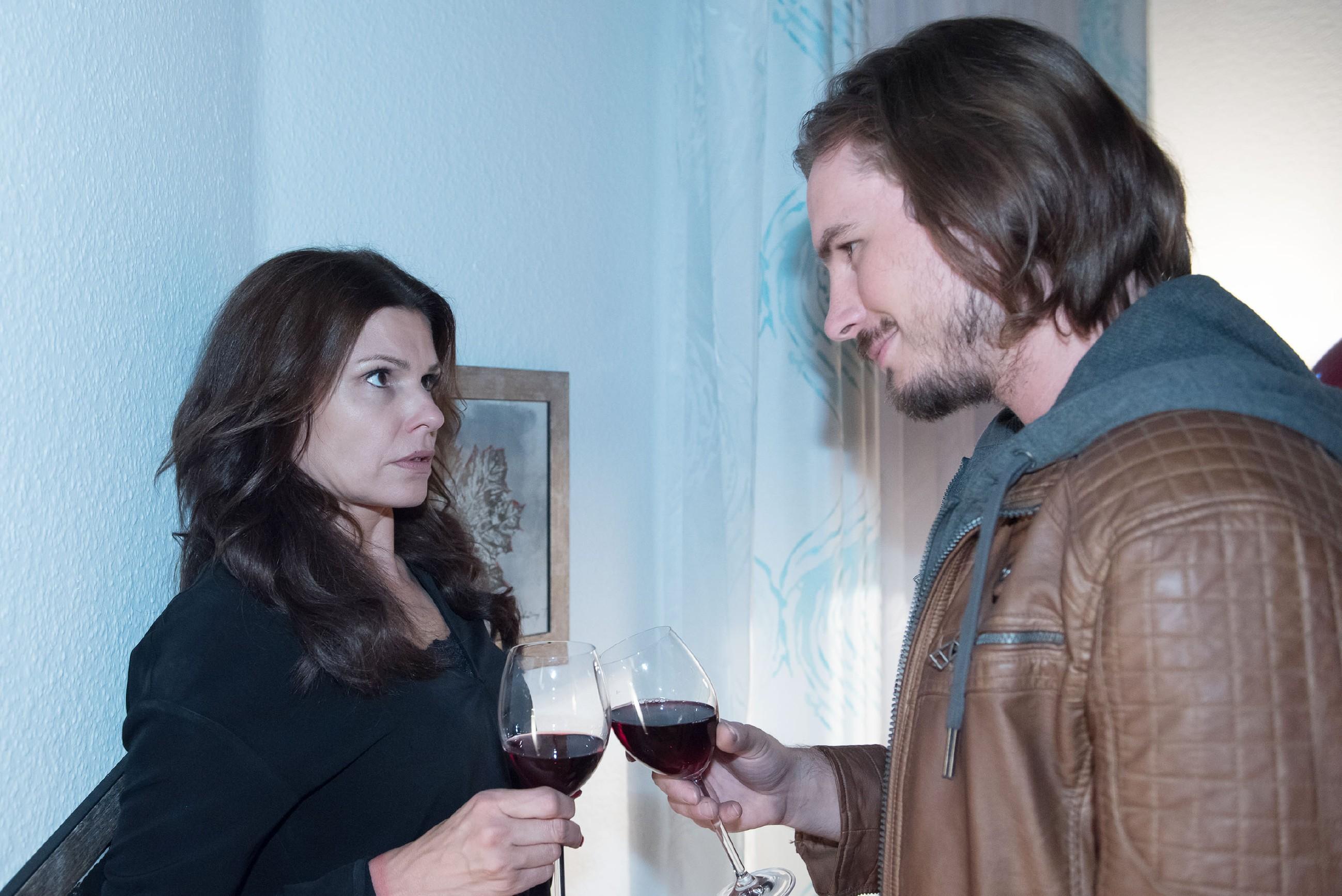 Traumsequenz: Britta (Tabea Heynig) hat einen schrecklichen Albtraum von ihrem Entführer Schrader (Alexander Milz).