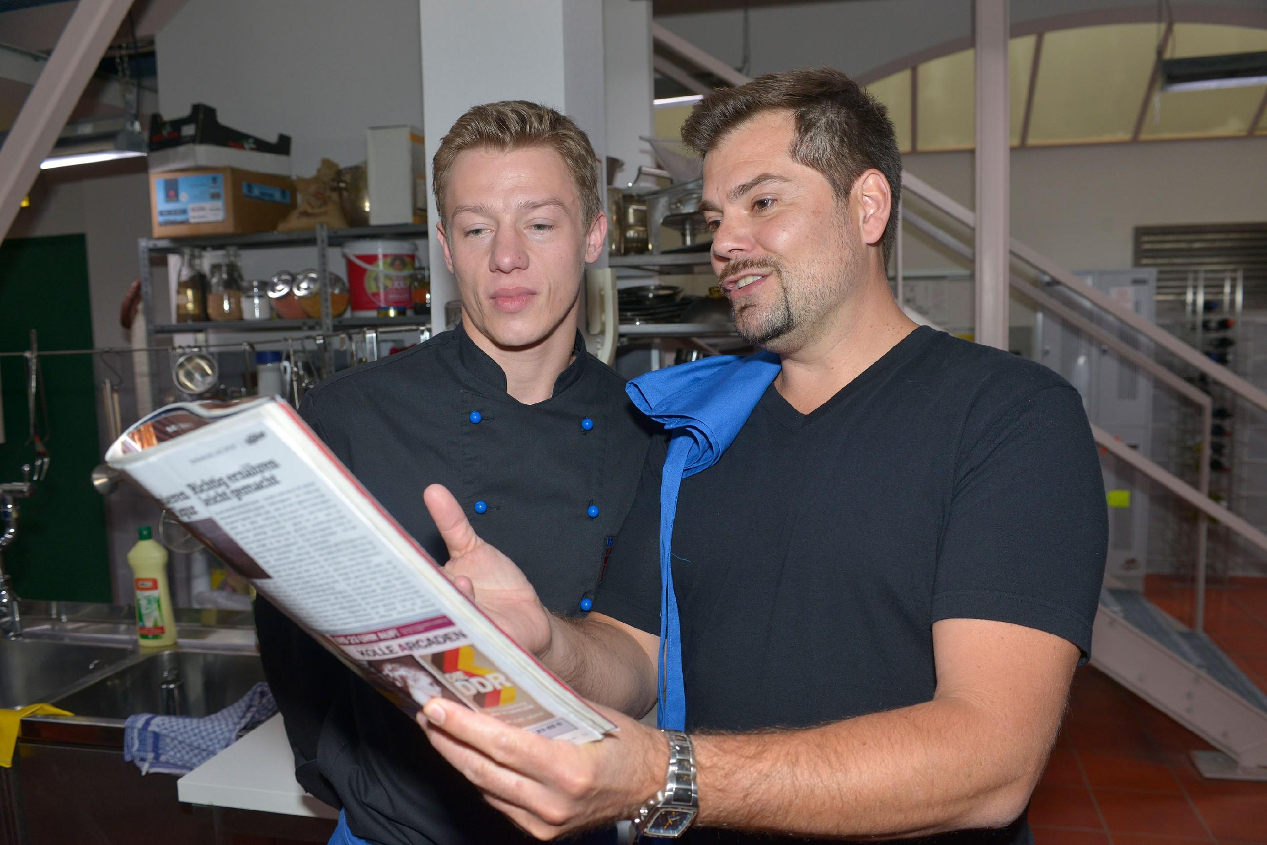 Als Leon (Daniel Fehlow) merkt, dass er Vince' (Vincent Krüger) Leidenschaft fürs Kochen unterschätzt hat, macht er ihm ein Angebot.