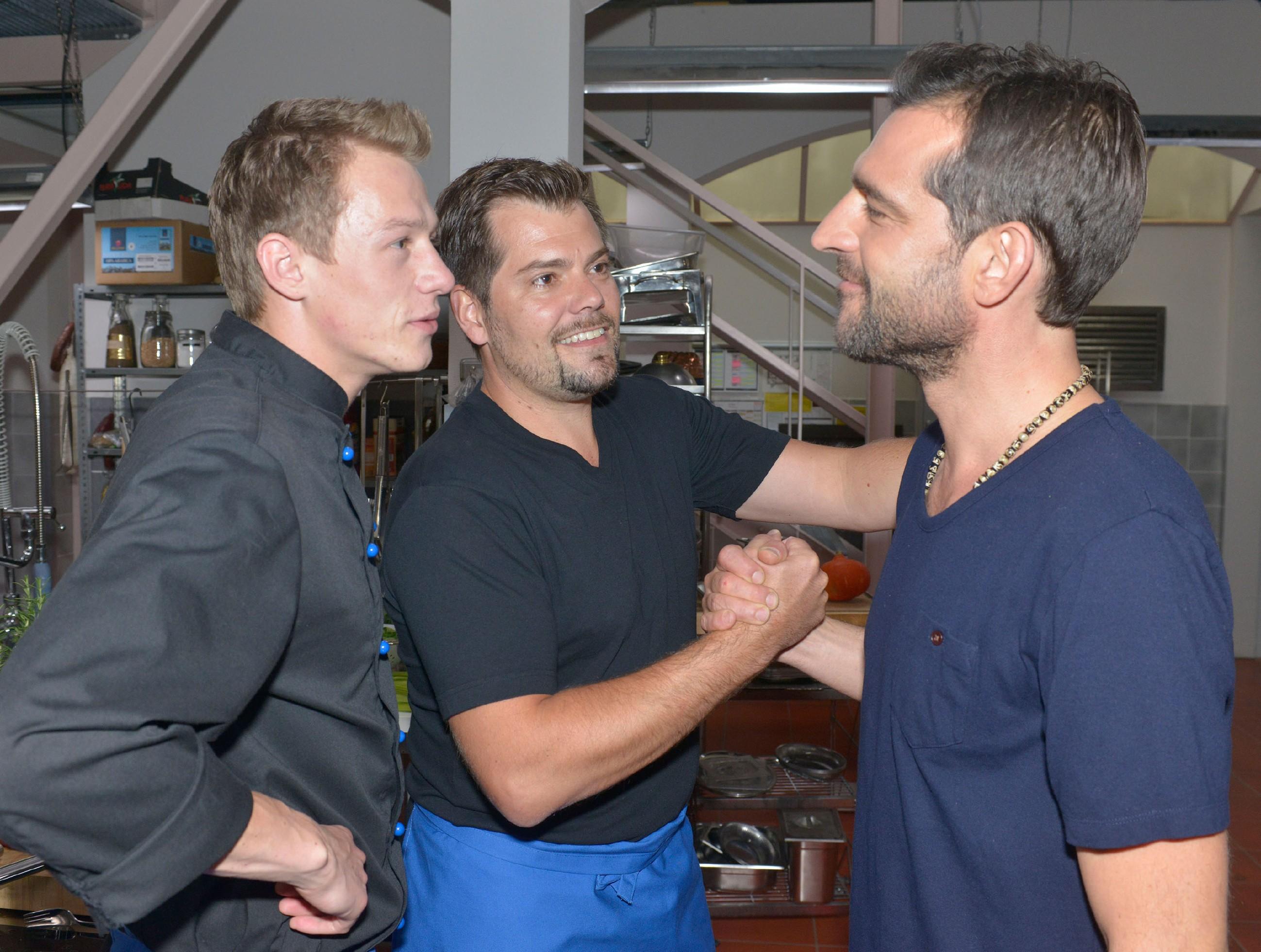 Vince (Vincent Krüger, l.) und Leon (Daniel Fehlow) freuen sich, dass der bekannte Koch Martin Baudrexel (r.) zum Essen ins Mauerwerk kommt.