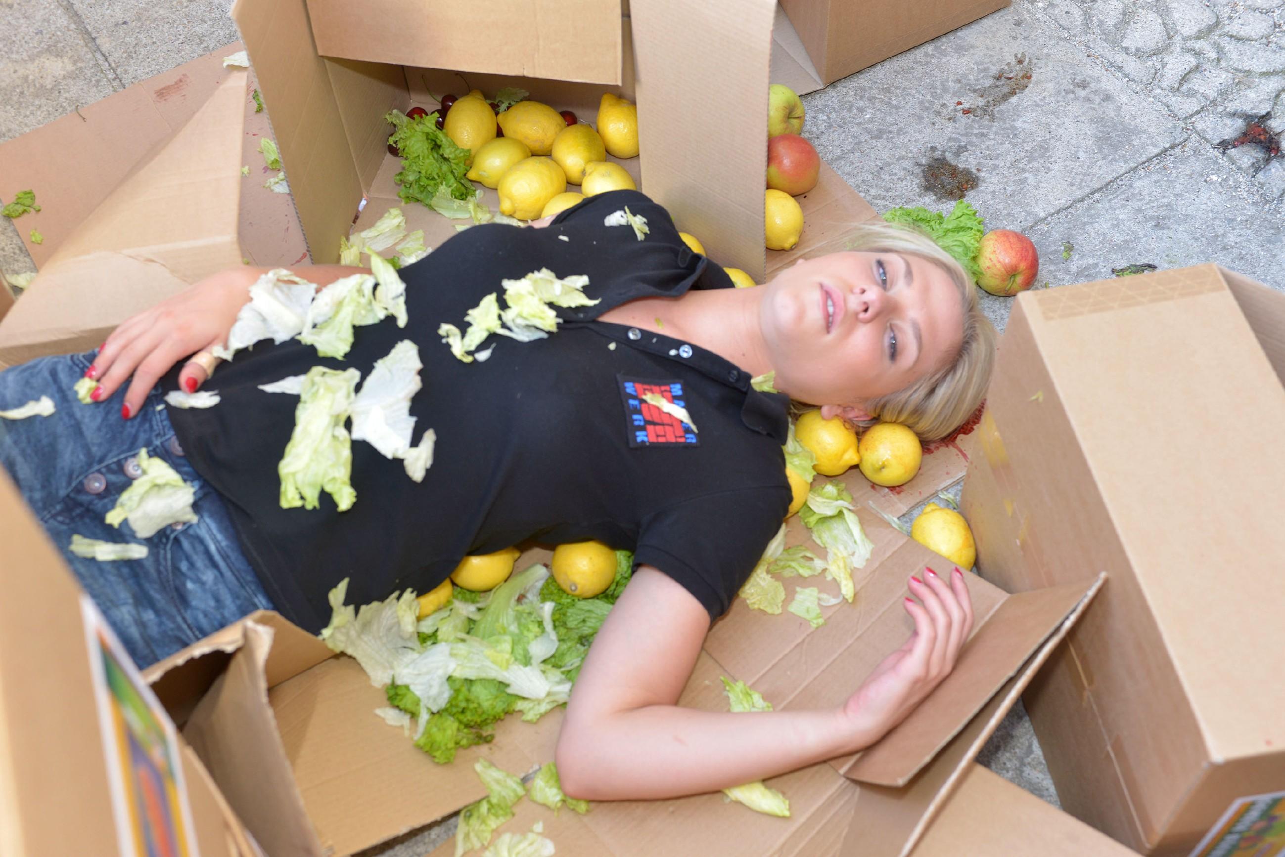 Trotz ihres Sturzes ist Sunny (Valentina Pahde) stolz, endlich Fahrrad fahren zu können. (Quelle: © RTL / Rolf Baumgartner)