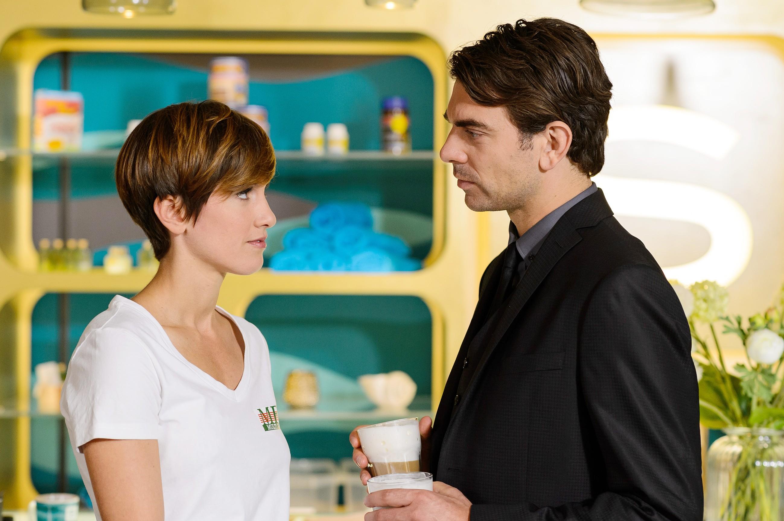 Pia (Isabell Horn) und Veit (Carsten Clemens) sind gleichermaßen überrascht, als ausgerechnet sie beide die Vertragsverlängerung für Multifriends aushandeln sollen. (Quelle: RTL / Willi Weber)