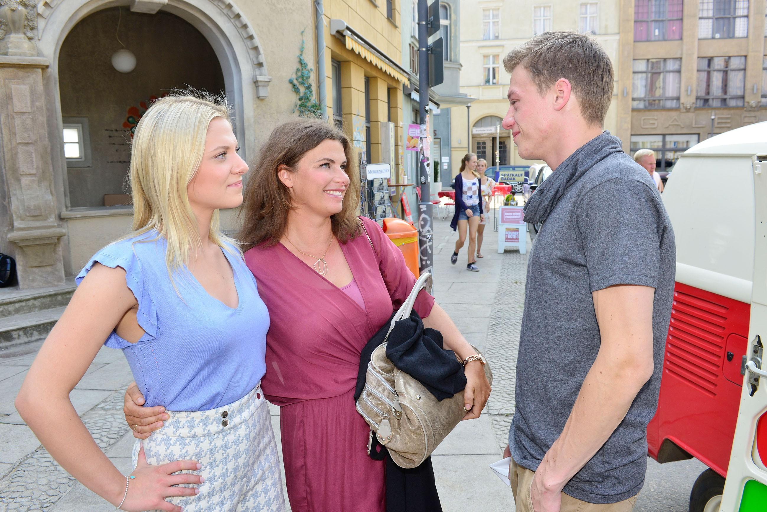 Vince (Vincent Krüger) ist erleichtert, dass sich Sunny (Valentina Pahde, l.) und ihre Mutter Vanessa (Anne Brendler) wieder besser verstehen.