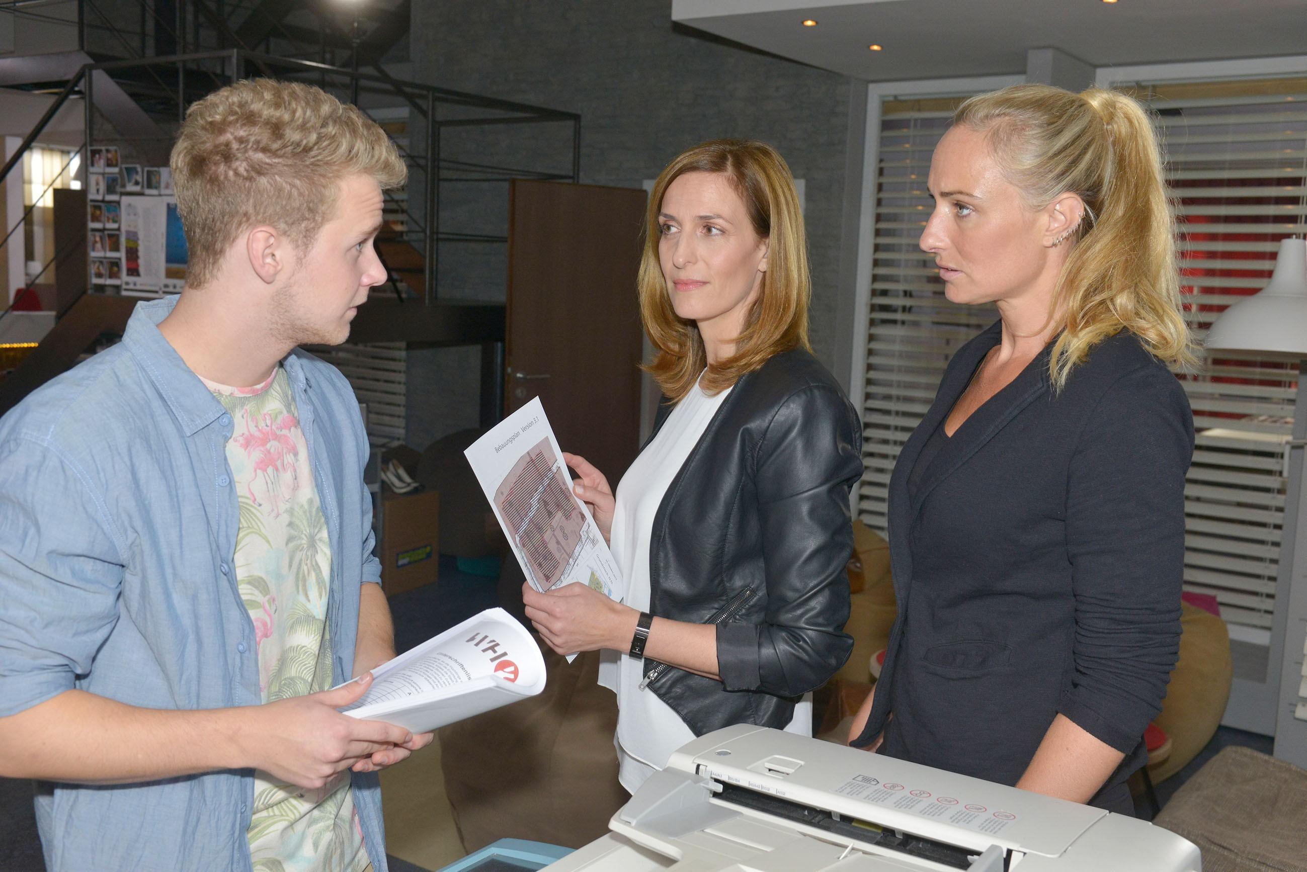 Jonas (Felix van Deventer) wird in seinem Eifer von Katrin (Ulrike Frank, M.) und Maren (Eva Mona Rodekirchen) ausgebremst. (Quelle: RTL / Rolf Baumgartner)