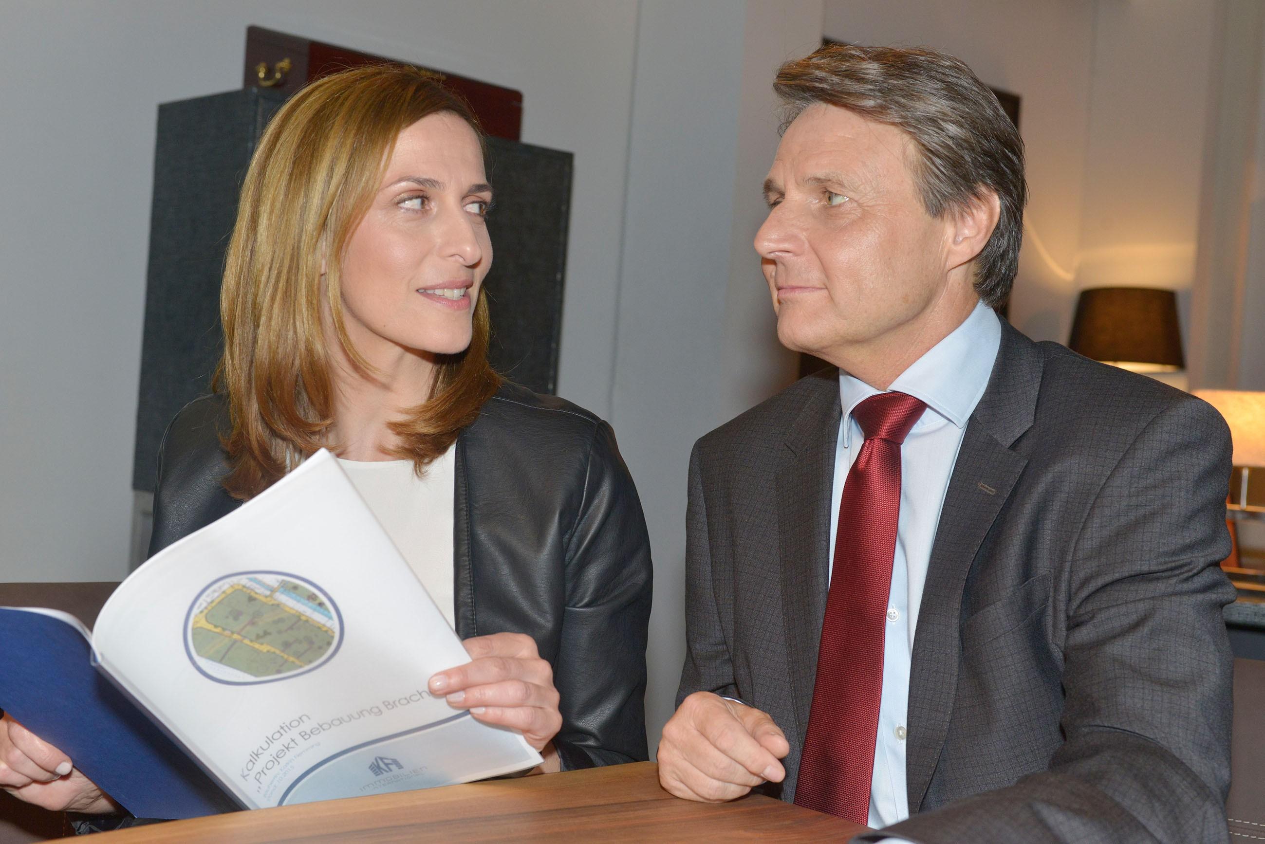 Katrin (Ulrike Frank) und Gerner (Wolfgang Bahro) machen gemeinsame Sache. (Quelle: RTL / Rolf Baumgartner)