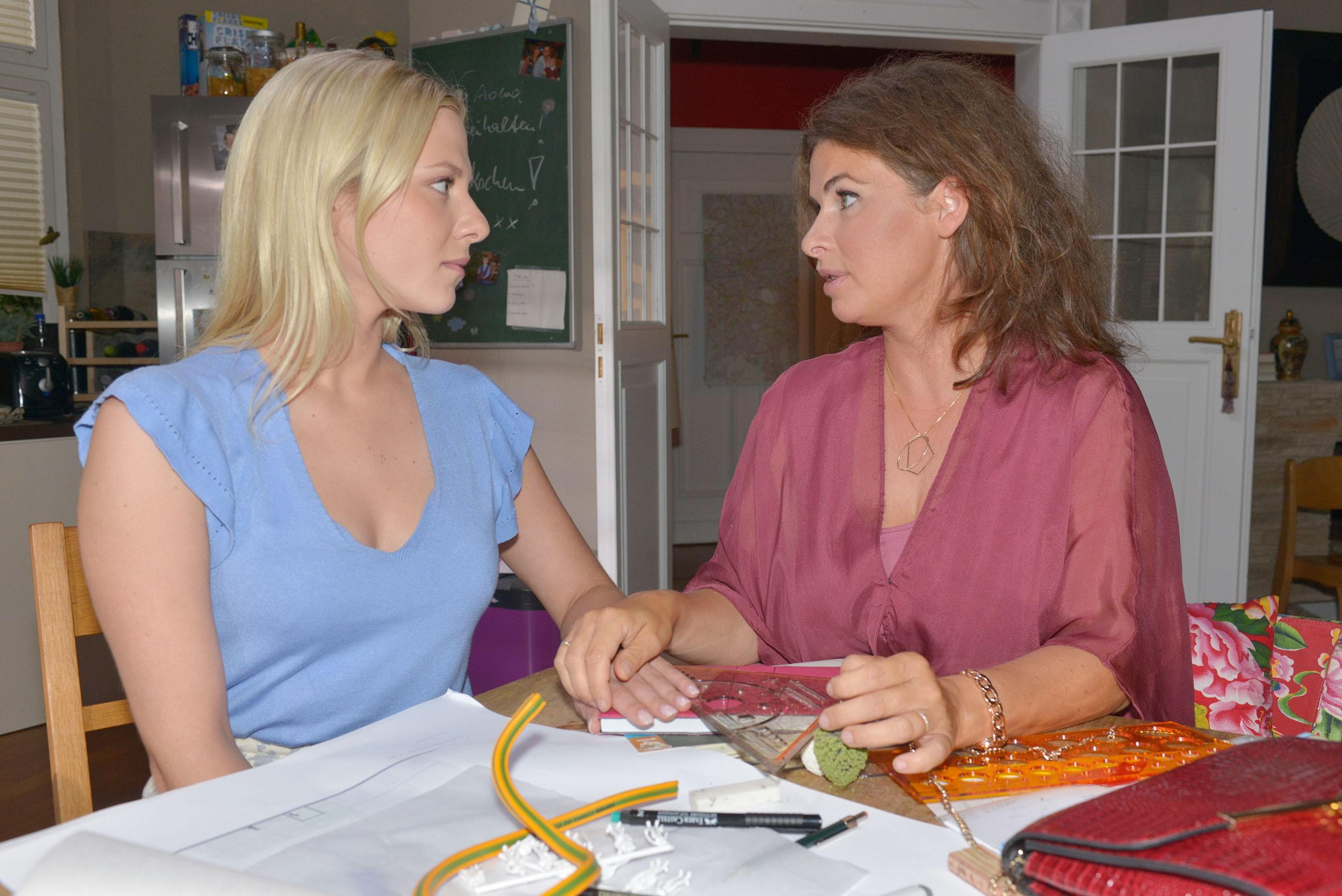 Sunny (Valentina Pahde, l.) fühlt sich immer wieder von ihrer Mutter Vanessa (Anne Brendler) zurückgesetzt. (Quelle: RTL / Rolf Baumgartner)