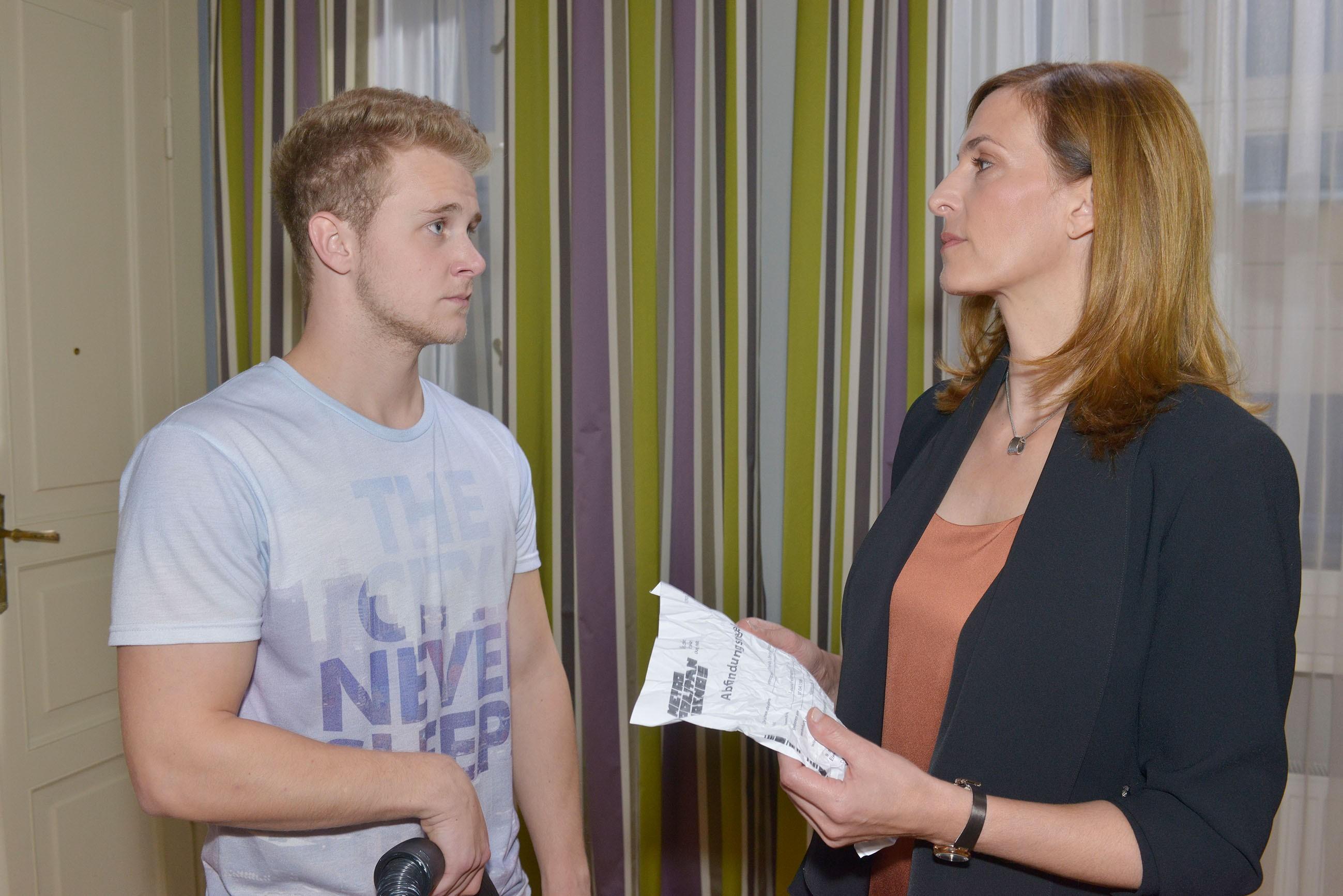 Jonas (Felix van Deventer) wird von Katrin (Ulrike Frank) dabei erwischt, wie er ihre Tasche durchwühlt... (Quelle: RTL / Rolf Baumgartner)