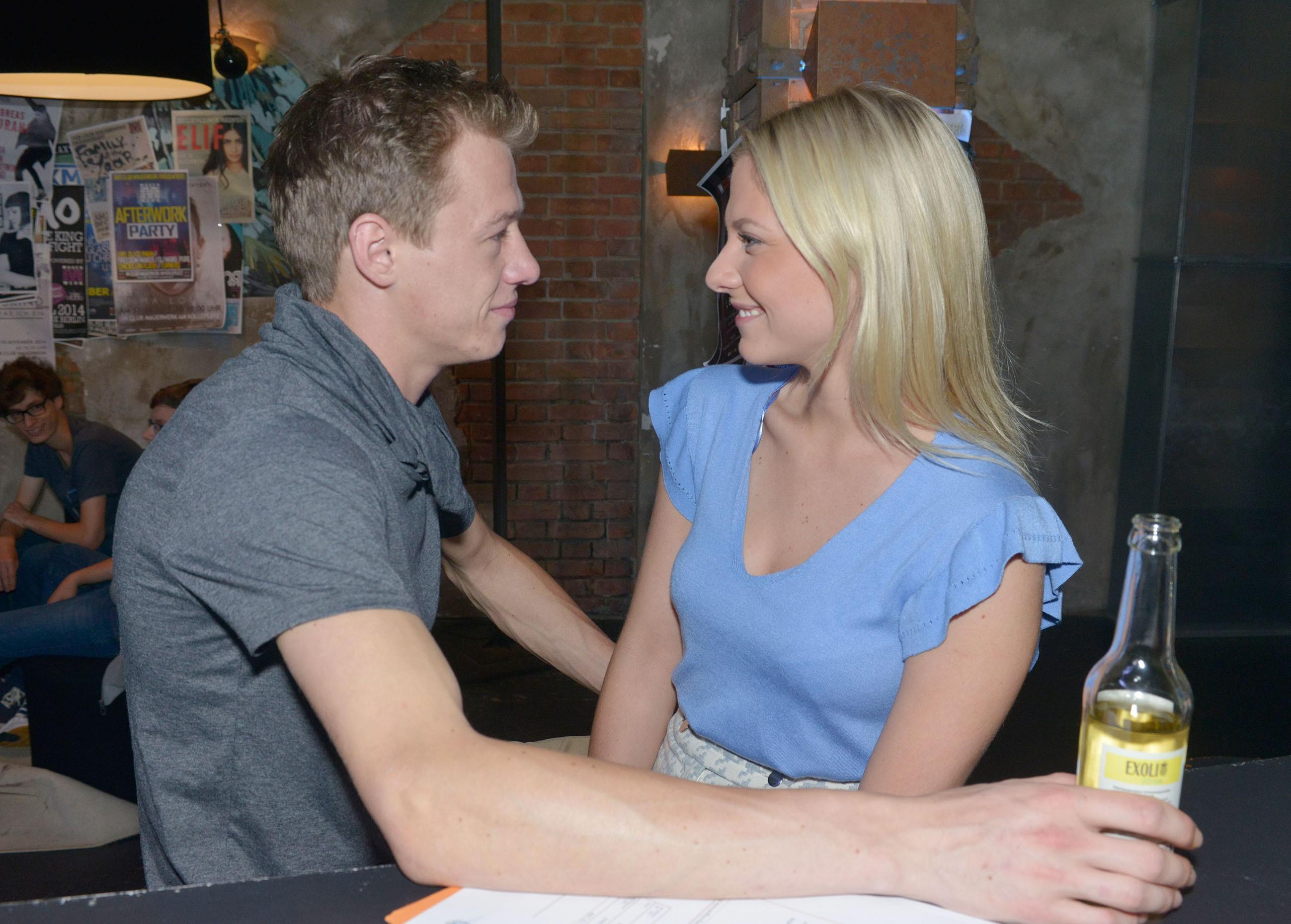 Vince (Vincent Krüger) hofft für Sunny (Valentina Pahde), dass sich das Verhältnis zu ihrer Mutter entspannt.