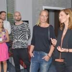 Katrin (Ulrike Frank, r.) und Maren (Eva Mona Rodekirchen, 2.v.r.) verabschieden sich von den Mitarbeitern der Redaktion (Komparsen). (Quelle: RTL / Rolf Baumgartner)