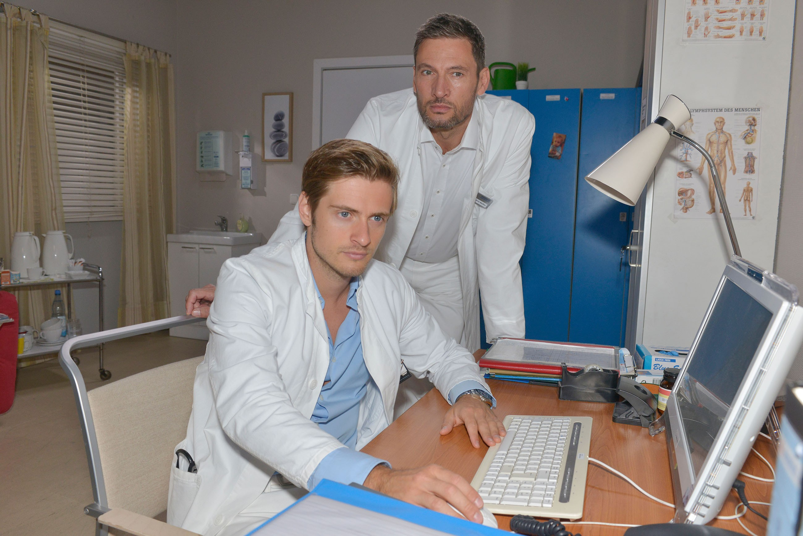 Philip (Jörn Schlönvoigt, l.) stürzt sich mit seinem Kollegen Frederic (Dieter Bach) in die Arbeit, um sich von seinem Liebeskummer abzulenken. (Quelle: RTL / Rolf Baumgartner)