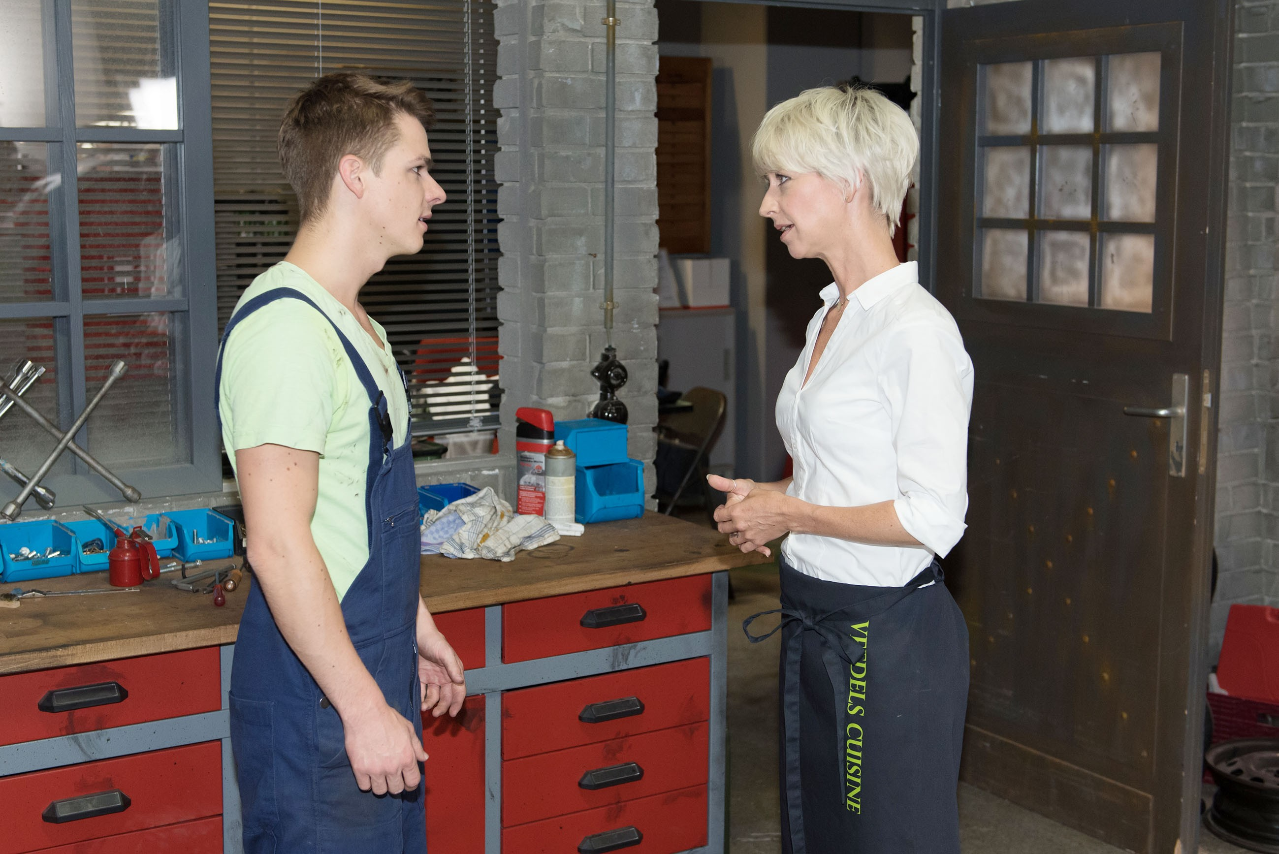 Moritz (Marvin Linke) ist fassungslos, als Ute (Isabel Hertel) behauptet, dass Ricarda Schätzke ihn nur benutzt, um ihr, Ute, eins auszuwischen. (Quelle: RTL / Stefan Behrens)
