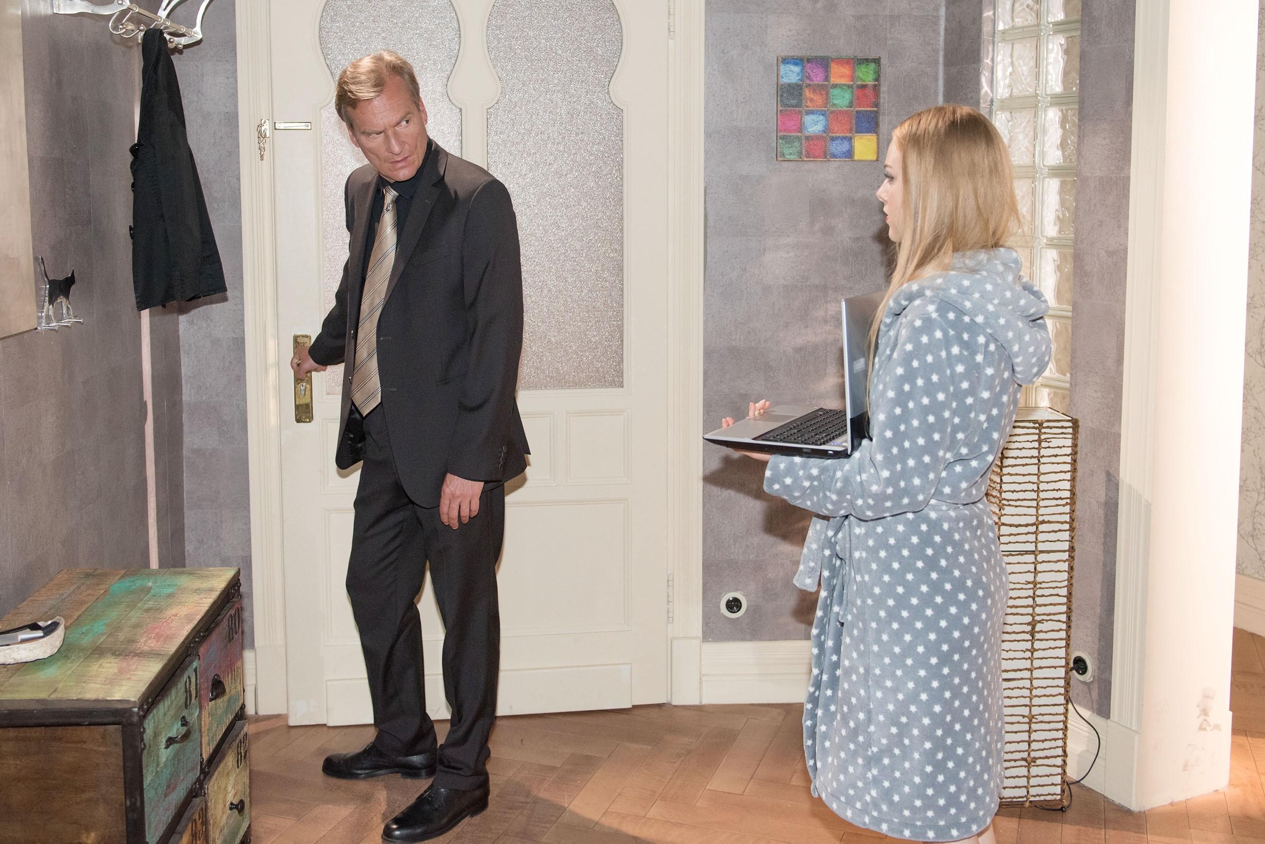 Als Richter Gerlach (Thomas Pohn) sich weigert, trotz des Sex mit Fiona (Olivia Burkhart) Rolfs Resozialisierungsantrag zu unterschreiben, zieht Fiona ein Ass aus dem Ärmel... (Quelle: RTL / Stefan Behrens)
