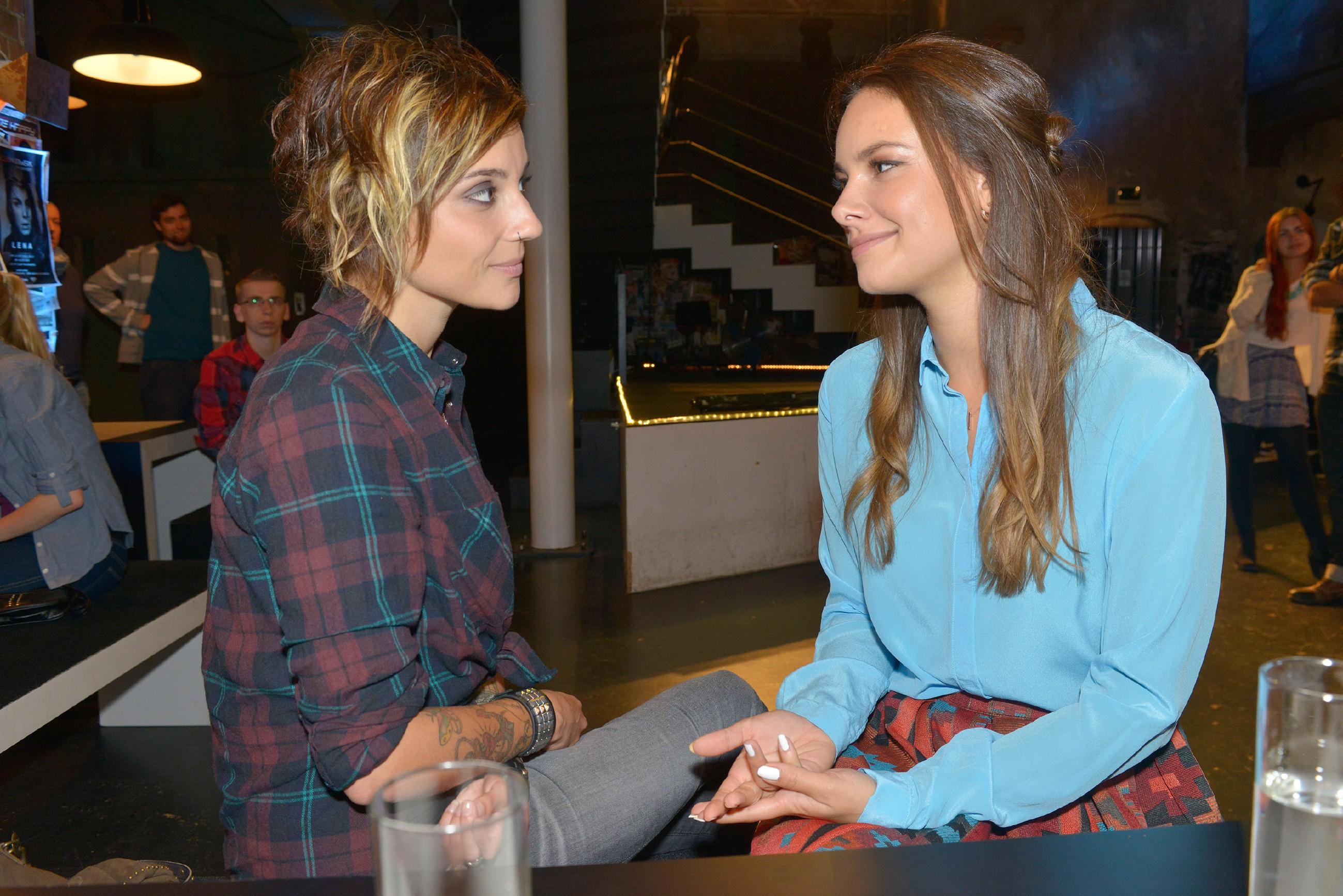 Anni (Linda Marlen Runge, l.) und Jasmin (Janina Uhse) scheinen ihre Meinungsverschiedenheiten vergessen zu können. (Quelle: RTL / Rolf Baumgartner)