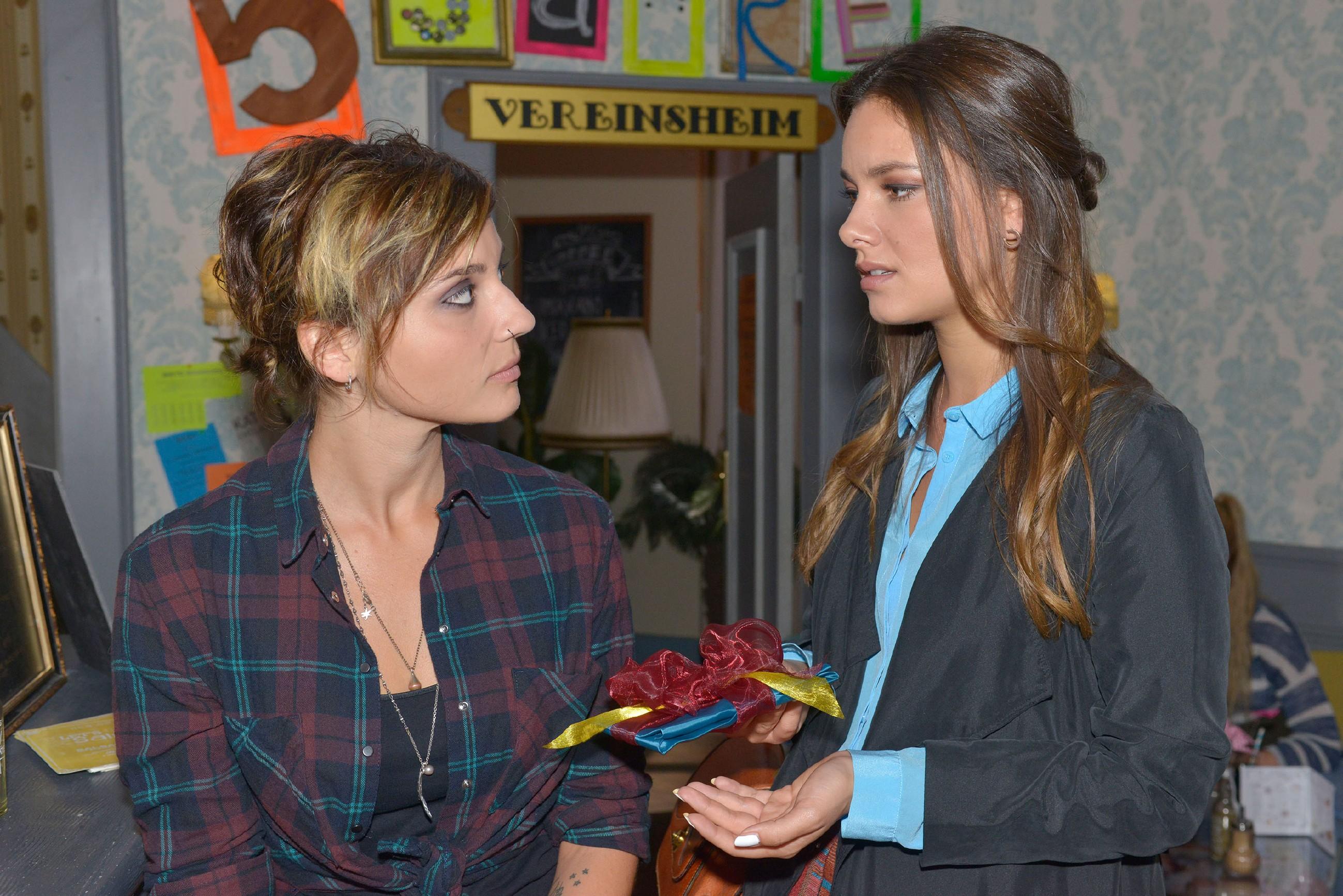 Als Jasmin (Janina Uhse, r.) Anni (Linda Marlen Runge) sehr nett zum Geburtstag gratuliert und dabei ihr unglückliches Verhältnis zueinander anspricht, stößt Anni sie vor den Kopf. (Quelle: RTL / Rolf Baumgartner)
