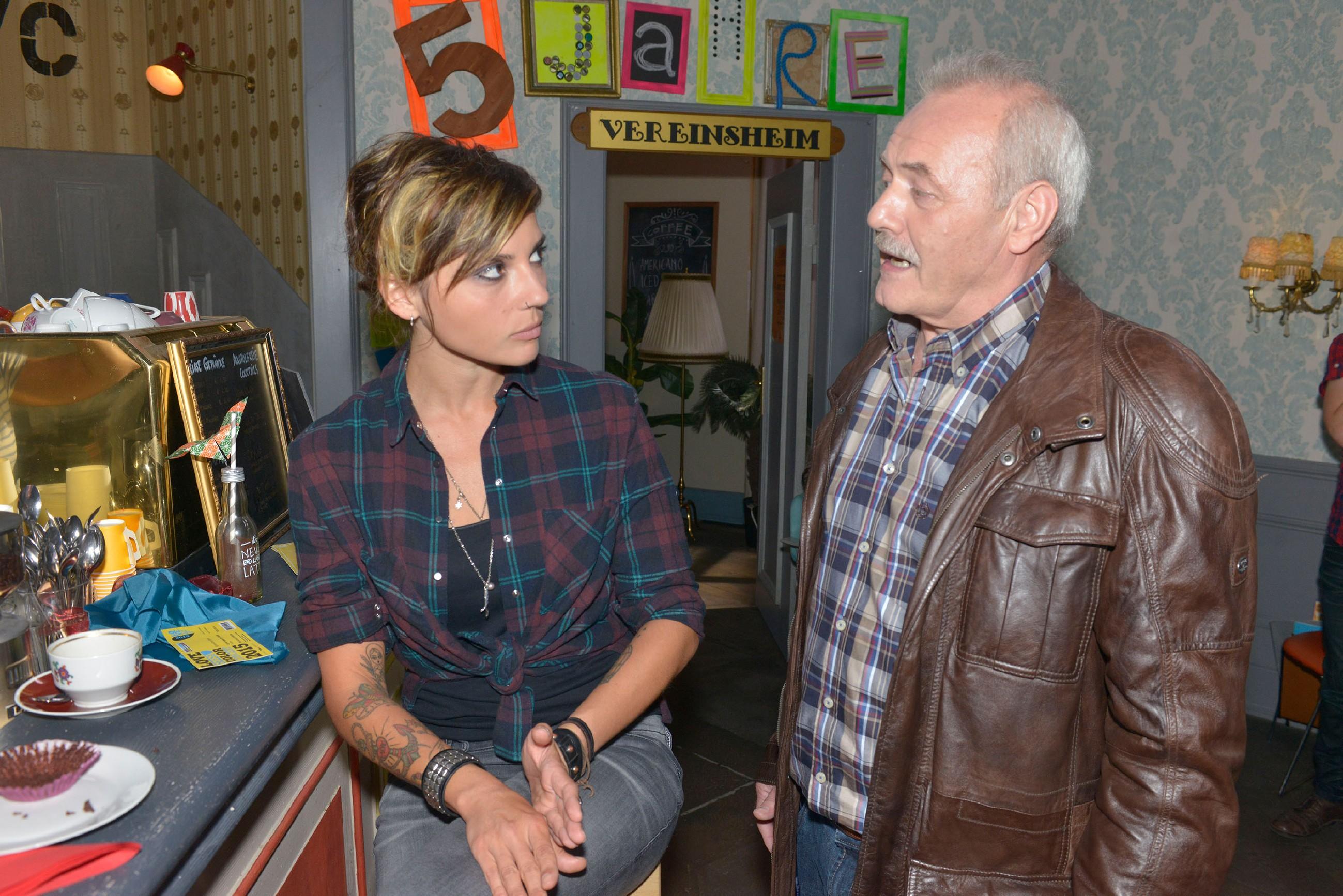 Anni (Linda Marlen Runge) ist überrumpelt, als plötzlich ihr Vater Rainer (Achim E. Ruppel) auftaucht, der noch nichts von der Trennung weiß und Annis Freundin Jasmin näher kennenlernen möchte. (Quelle: RTL / Rolf Baumgartner)