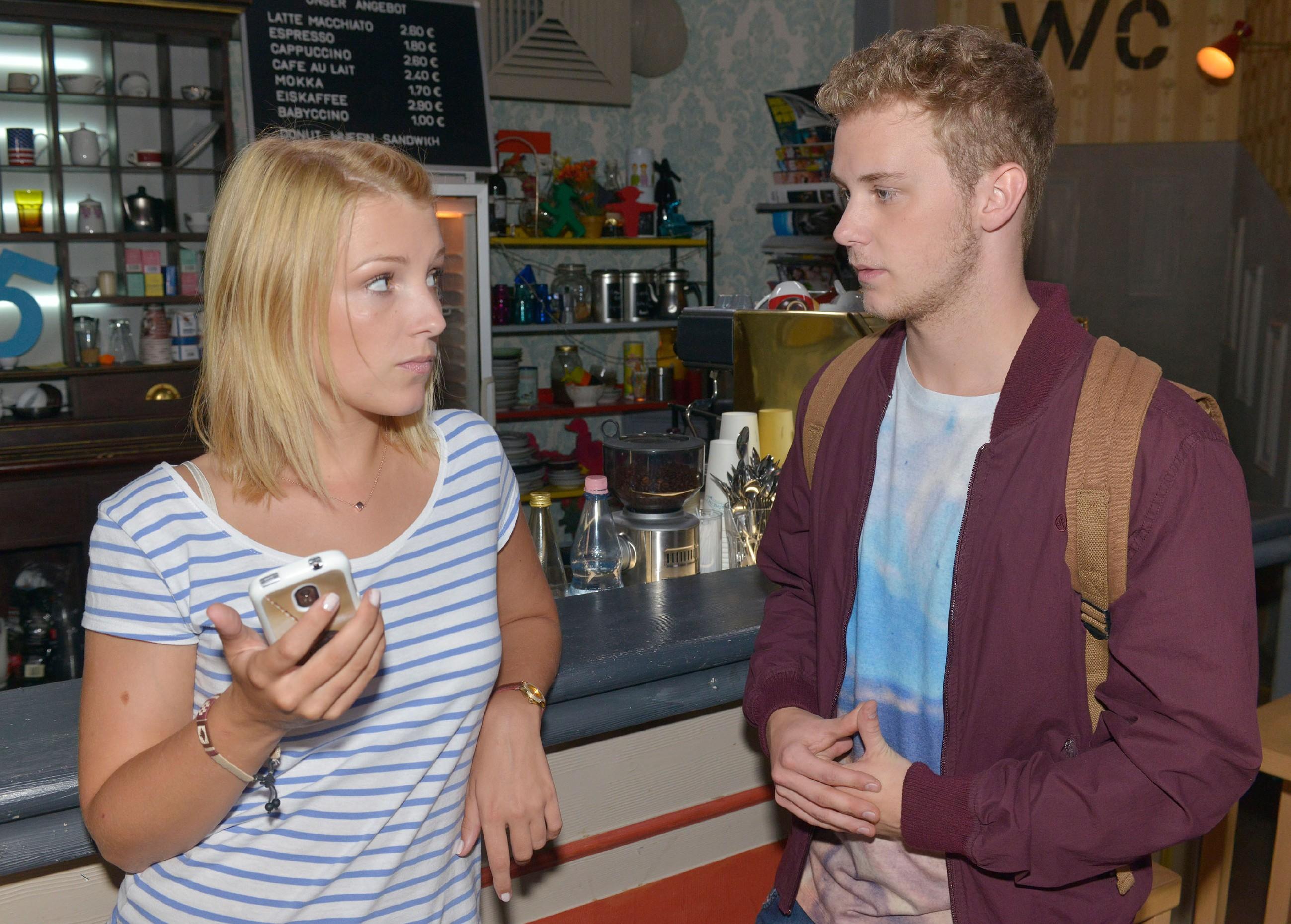 Lilly (Iris Mareike Steen) warnt Jonas (Felix van Deventer) vor Chris. (Quelle: RTL / Rolf Baumgartner)