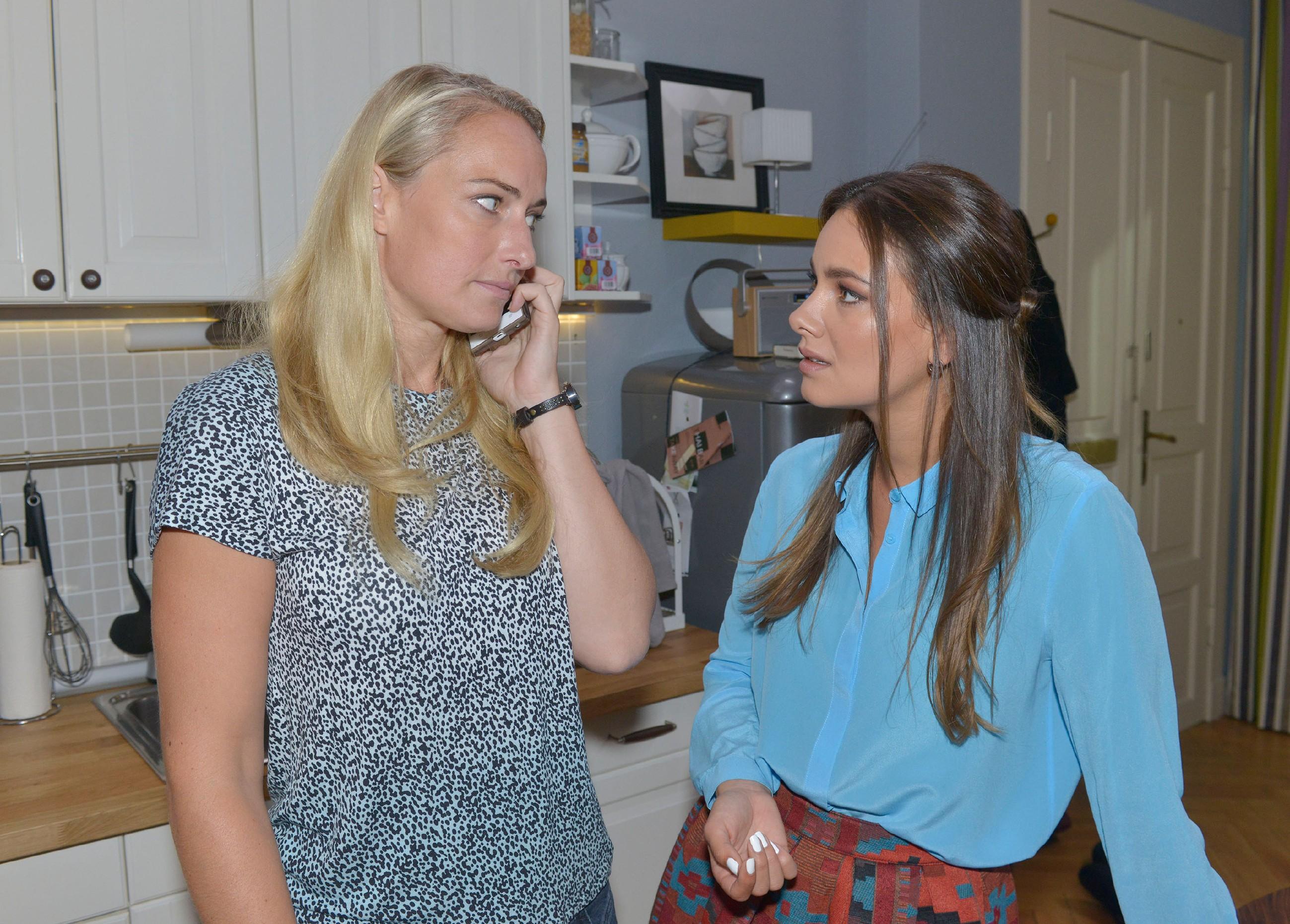 Jasmin (Janina Uhse, r.) versucht Maren (Eva Mona Rodekirchen) davon zu überzeugen, dass Gerner der ideale Anwalt für Lilly wäre. (Quelle: RTL / Rolf Baumgartner)