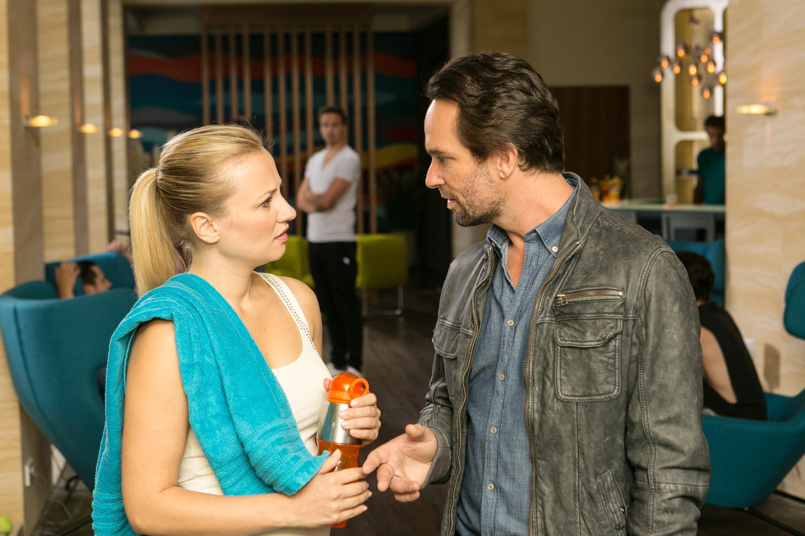 Isabelle (Ania Niedieck) will Thomas' (Daniel Brockhaus) Entschuldigung nicht so einfach annehmen und verlangt eine spektakuläre Überraschung als Versöhnungsgeschenk. (Quelle: RTL / Kai Schulz)