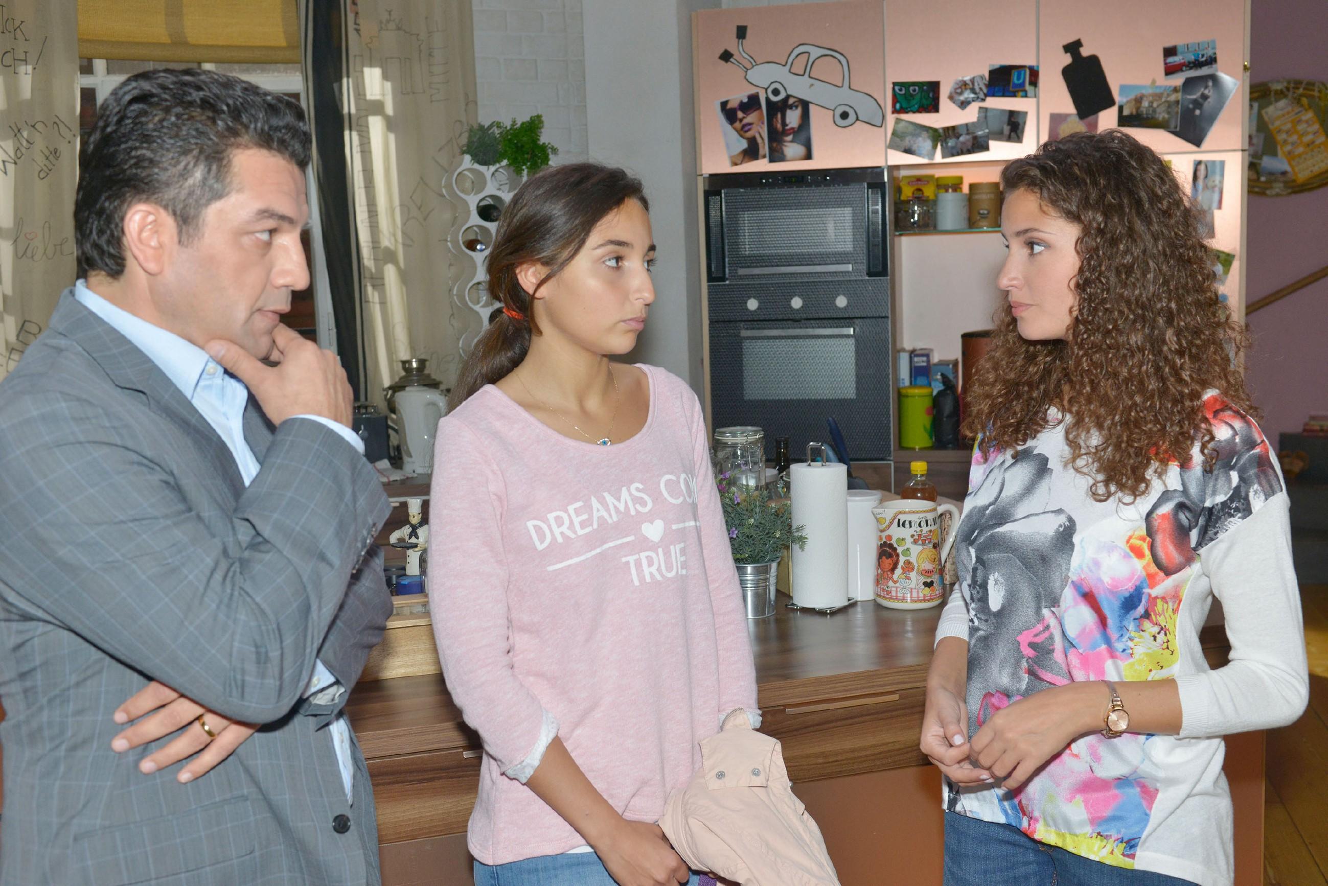 Während Selma (Rona Özkan, M.) unbedingt in Berlin bleiben will, ist sich Ayla (Nadine Menz) nicht sicher, ob sie die Veranwortung für ihre minderjährige Cousine übernehmen kann und bittet ihren Onkel Turgut (Ercan Özcelik) um Bedenkzeit.