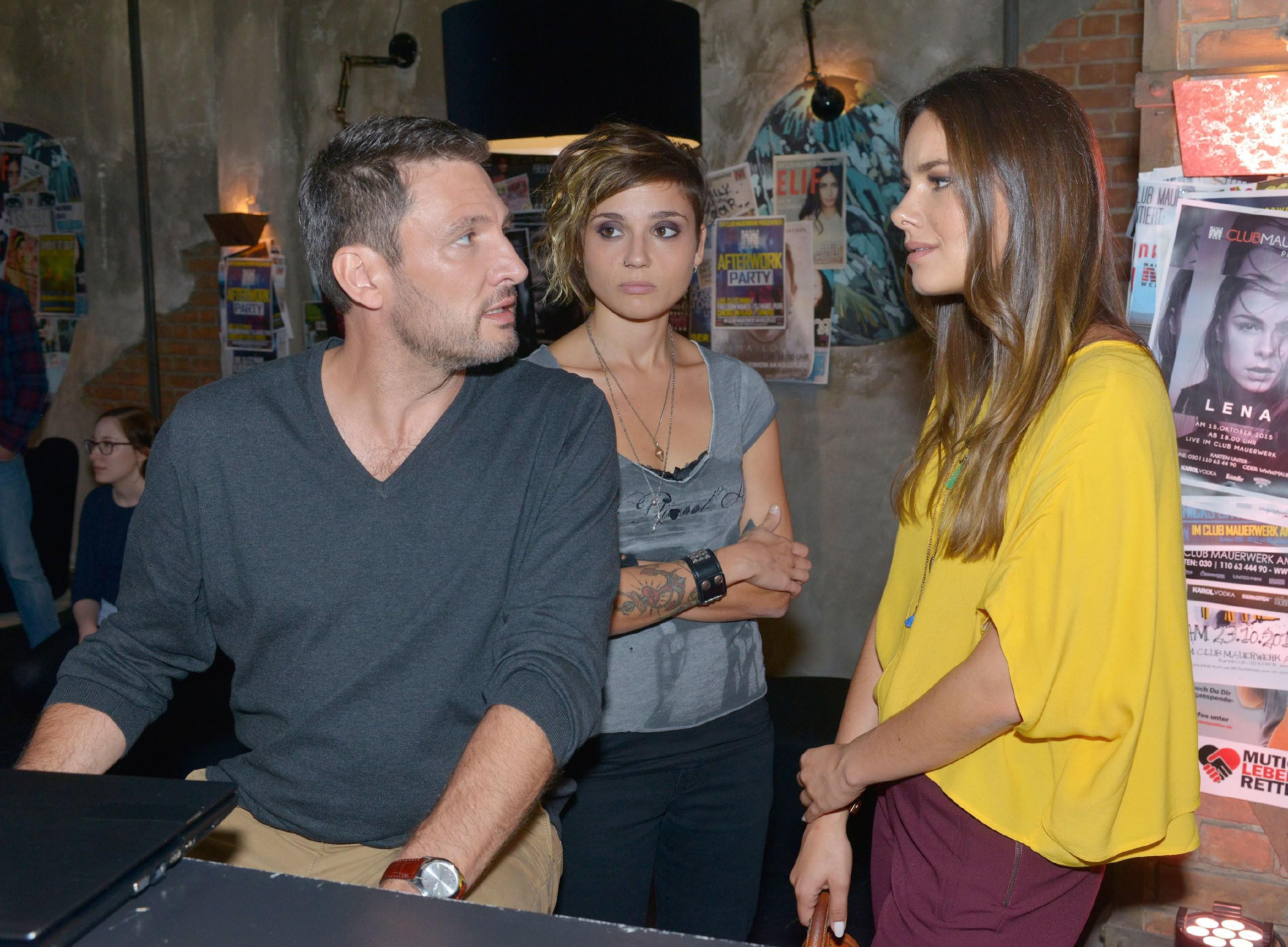 Frederic (Dieter Bach) entschließt sich, mit offenen Karten zu spielen und gesteht Jasmin (Janina Uhse, r.) und Anni (Linda Marlen Runge) seine Jugendsünde... (Quelle: RTL / Rolf Baumgartner)