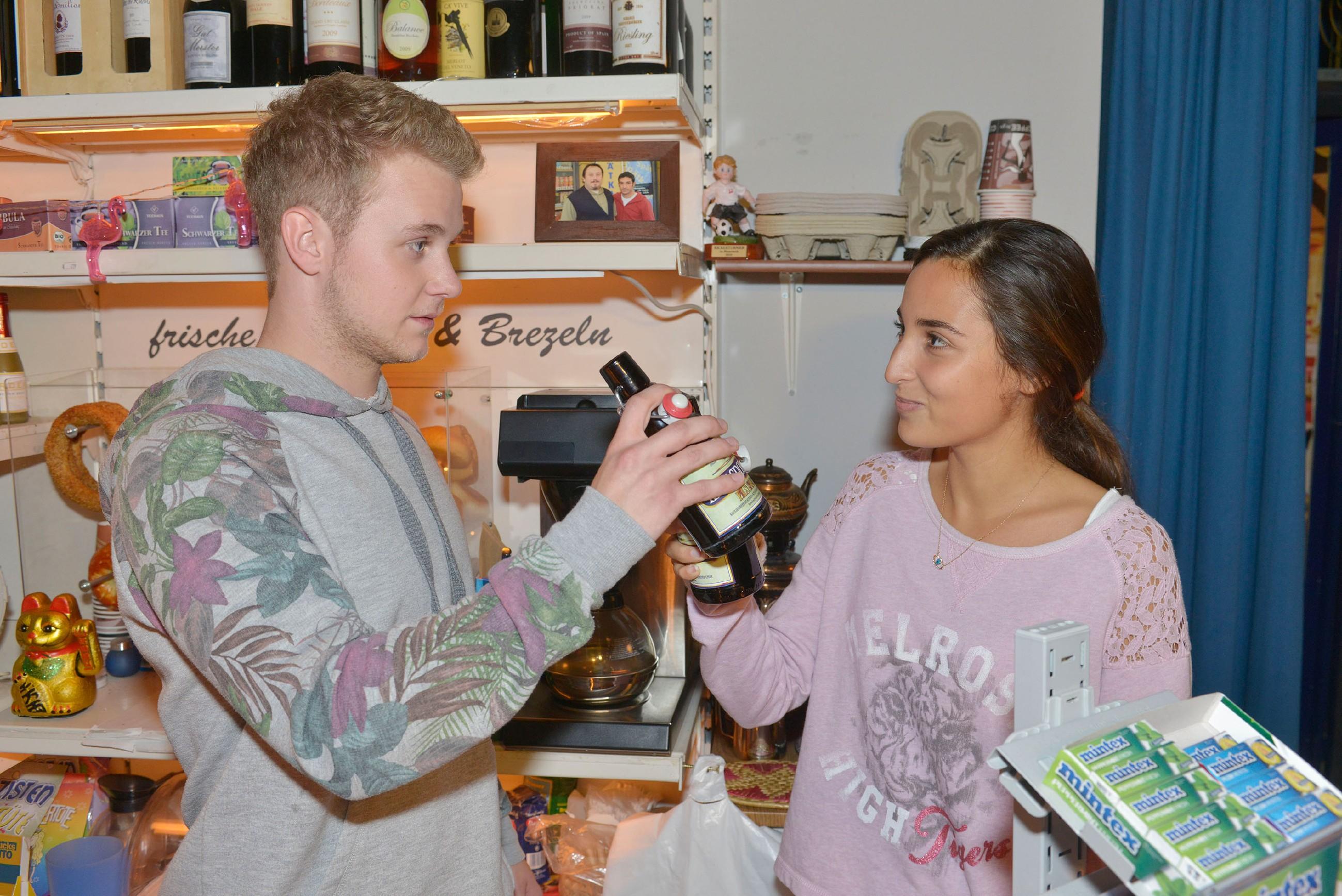 Während Selma (Rona Özkan) auf der Spätkaufparty unbeschwert mit Jonas (Felix van Deventer) feiert, ist Ayla bereits auf der Suche nach ihrer Cousine.