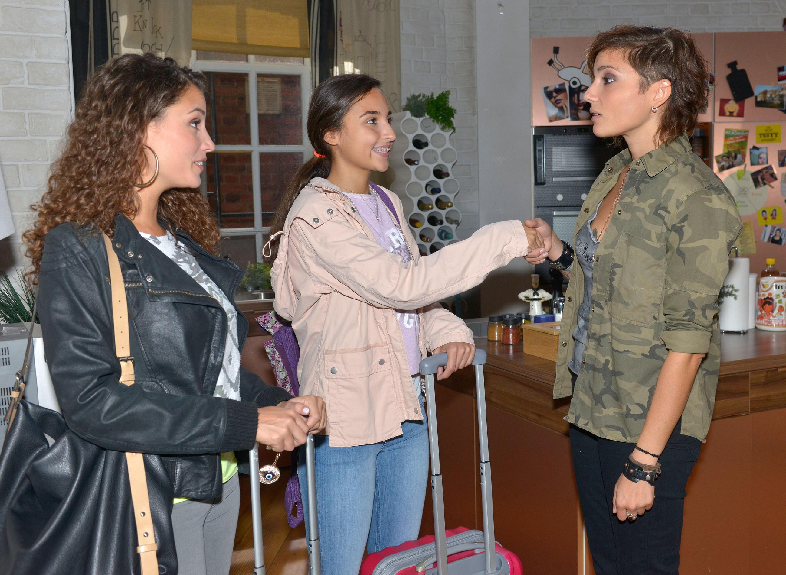 Ayla (Nadine Menz, l.) stellt ihrer Mitbewohnerin Anni (Linda Marlen Runge, r.) ihre Cousine Selma (Rona Özkan) vor.
