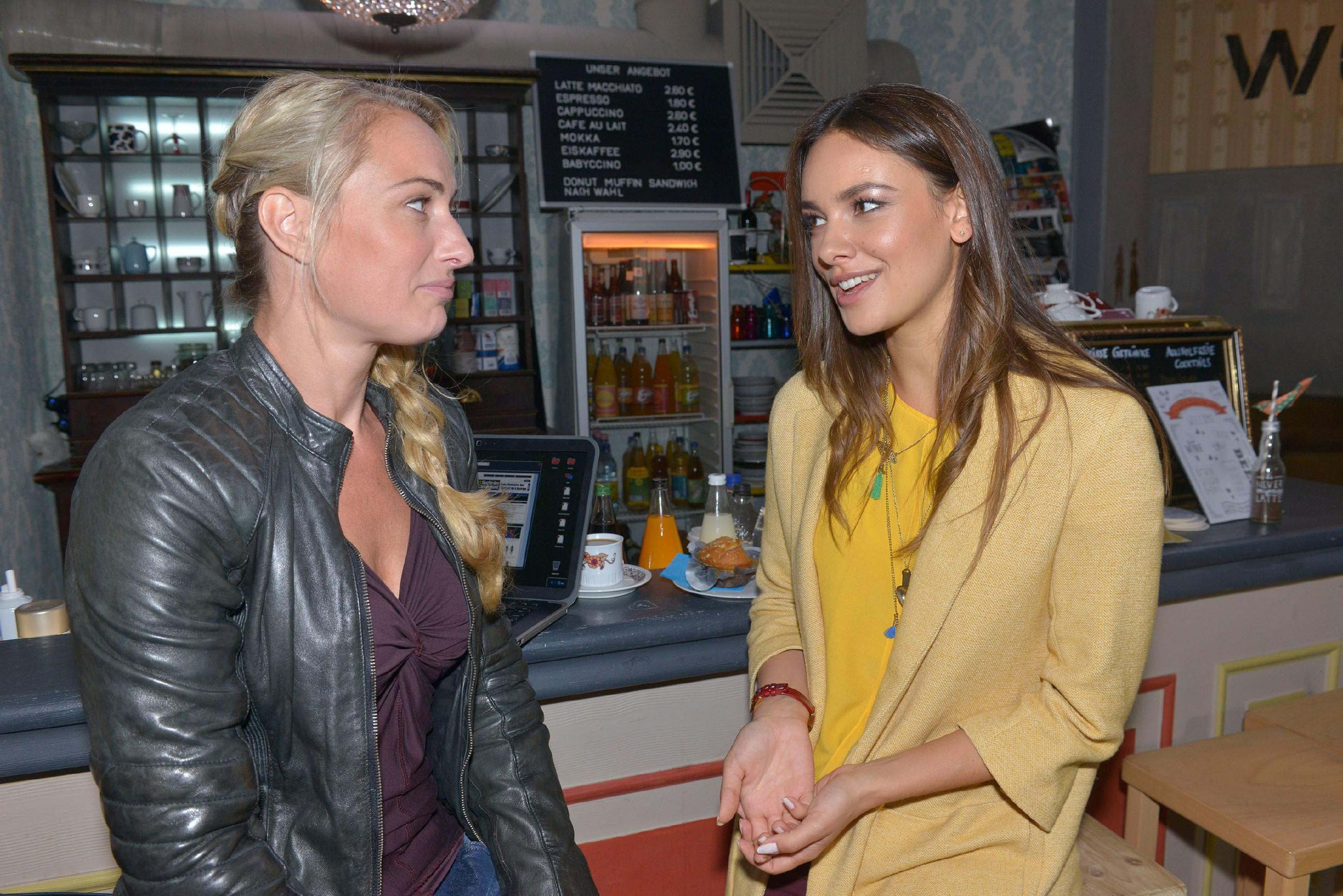 Maren (Eva Mona Rodekirchen, l.) freut sich mit Jasmin (Janina Uhse) über deren Liebesglück. (Quelle: RTL / Rolf Baumgartner)