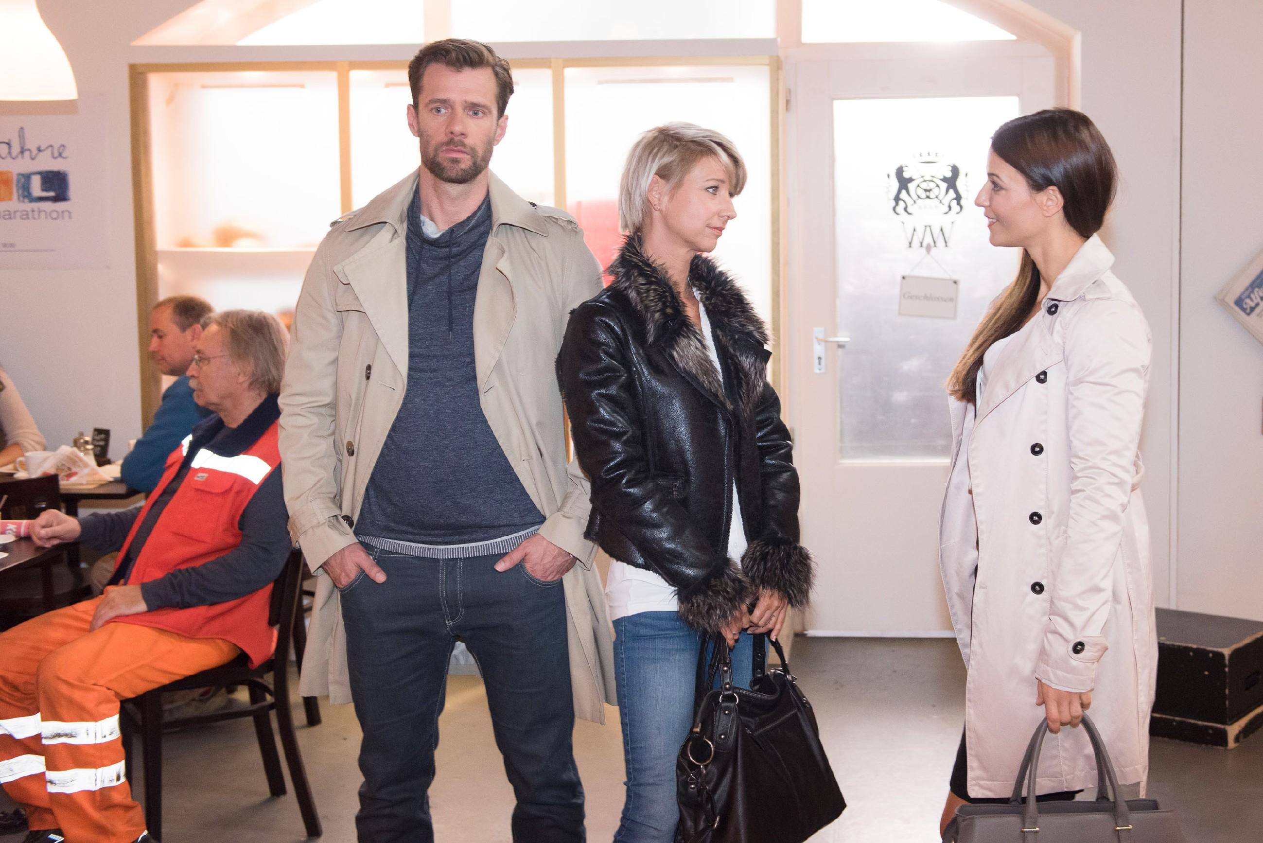 Henning (Benjamin Kiss) gerät in Bedrängnis, als Ricarda Schätzke (Anna Lena Class, r.) spielerisch droht, ihn vor Ute (Isabel Hertel) auffliegen zu lassen. (Quelle: RTL / Stefan Behrens)