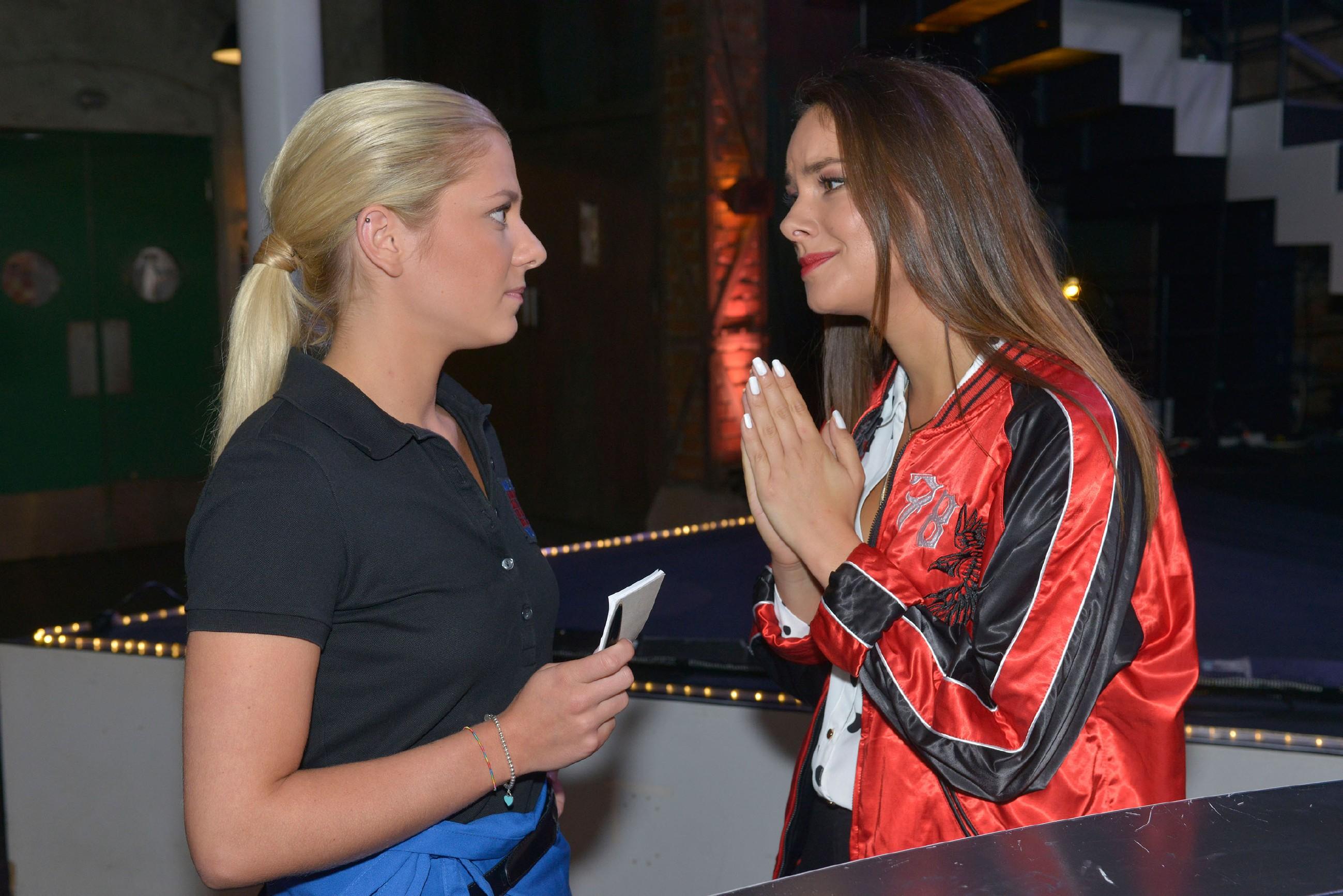 Jasmin (Janina Uhse, r.) bittet Sunny (Valentina Pahde) inständig, ihr bei der anstehenden Arbeit für Tussi Attack zu helfen. (Quelle: RTL / Rolf Baumgartner)