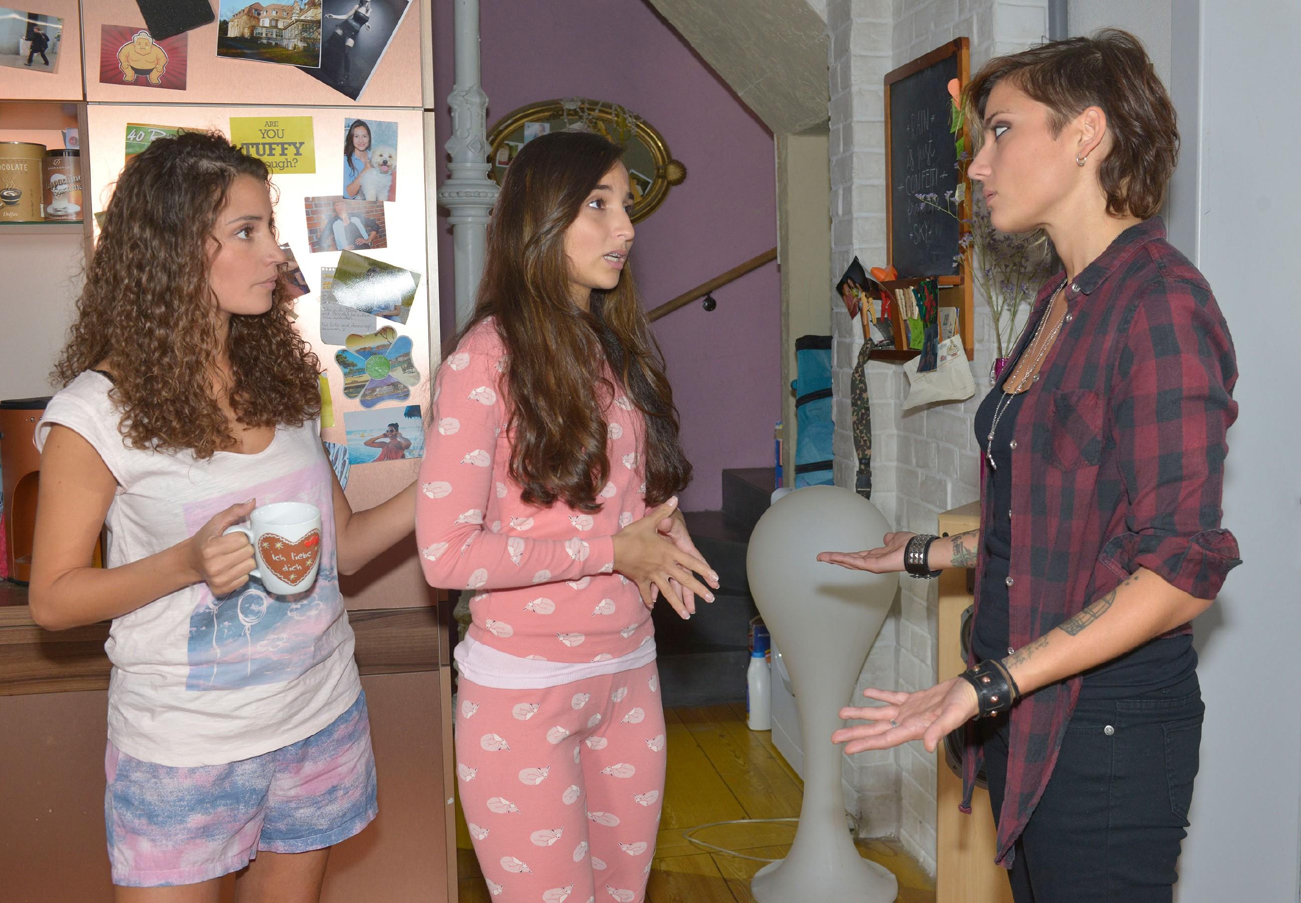 Nachdem Lilly (Iris Mareike Steen, l.) erfahren hat, dass auch Maren (Eva Mona Rodekirchen) bei der Suche nach Amar hilft, weicht ihre ablehnende Haltung langsam auf und sie kann die Nähe ihrer Mutter wieder zulassen. (Quelle: RTL / Rolf Baumgartner)