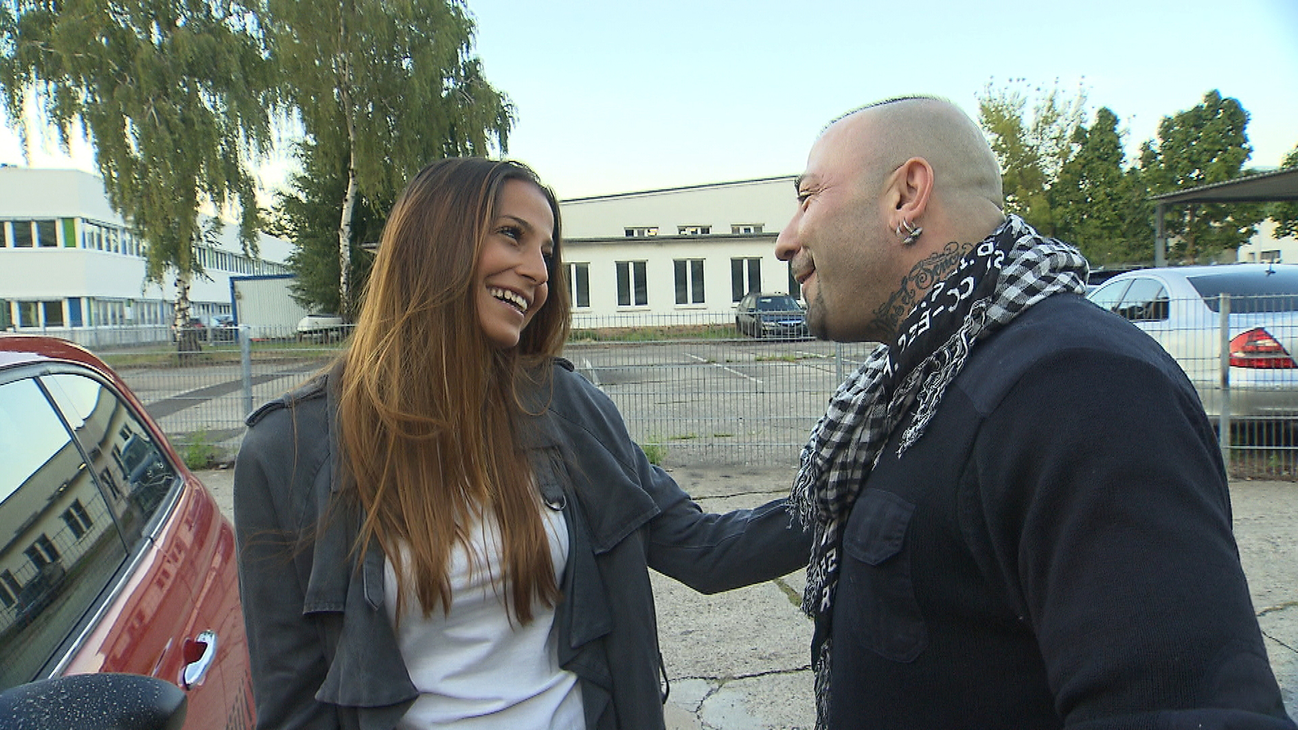 Fabrizio (re.) und Joe sind begeistert, als Alessia unverhofft in der Werkstatt auftaucht. Da sie am Mittag eine WG-Besichtigung hat, ergreift Fabrizio die Chance und bringt sie mit seinem Auto dorthin. (Quelle: RTL 2)