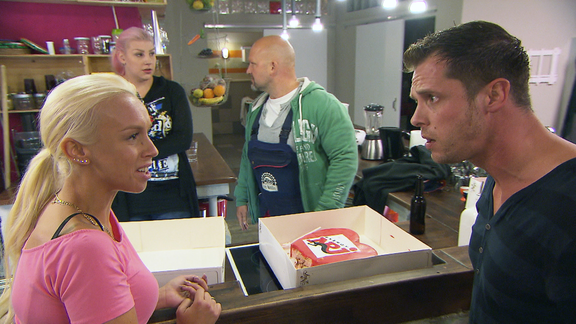 Peggy (li.), Paula, Joe und Basti (re.) in der WG (Quelle: RTL 2)