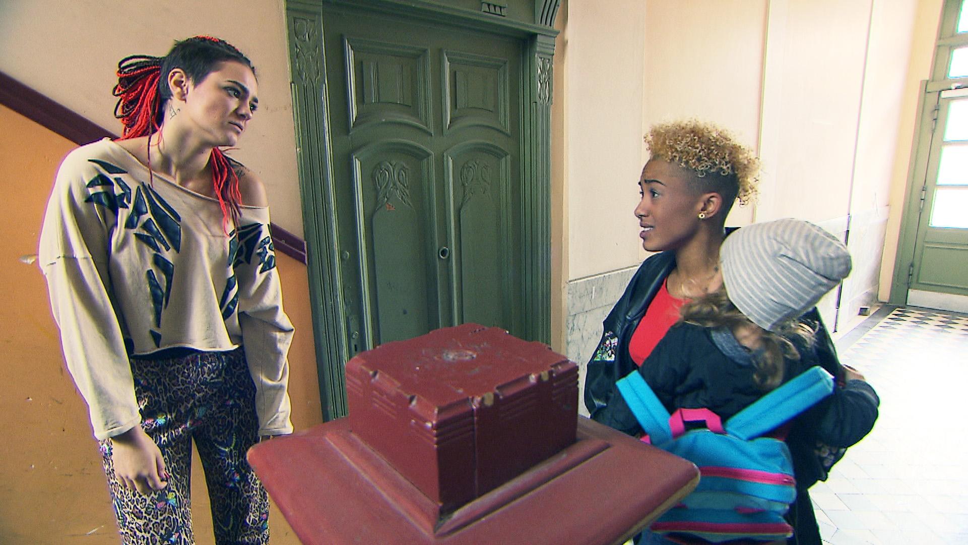 Jessica (li.) ist genervt, als Melissa auf Sarahs Sohn Mikey aufpasst. Sie will das Kind nicht ständig in der WG haben (Quelle: RTL 2)