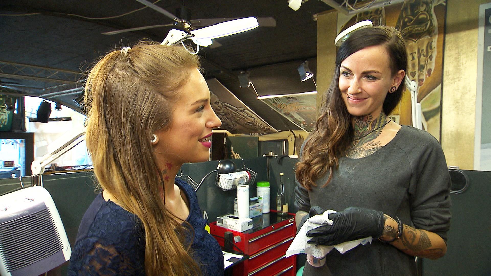 Milla (li.) geht ins Tattoostudio, um sich von Caro (re.) ein Freundschafts-Tattoo stechen zu lassen. Das Tattoo wird jedoch anders, als erwartet.. (Quelle: RTL 2)