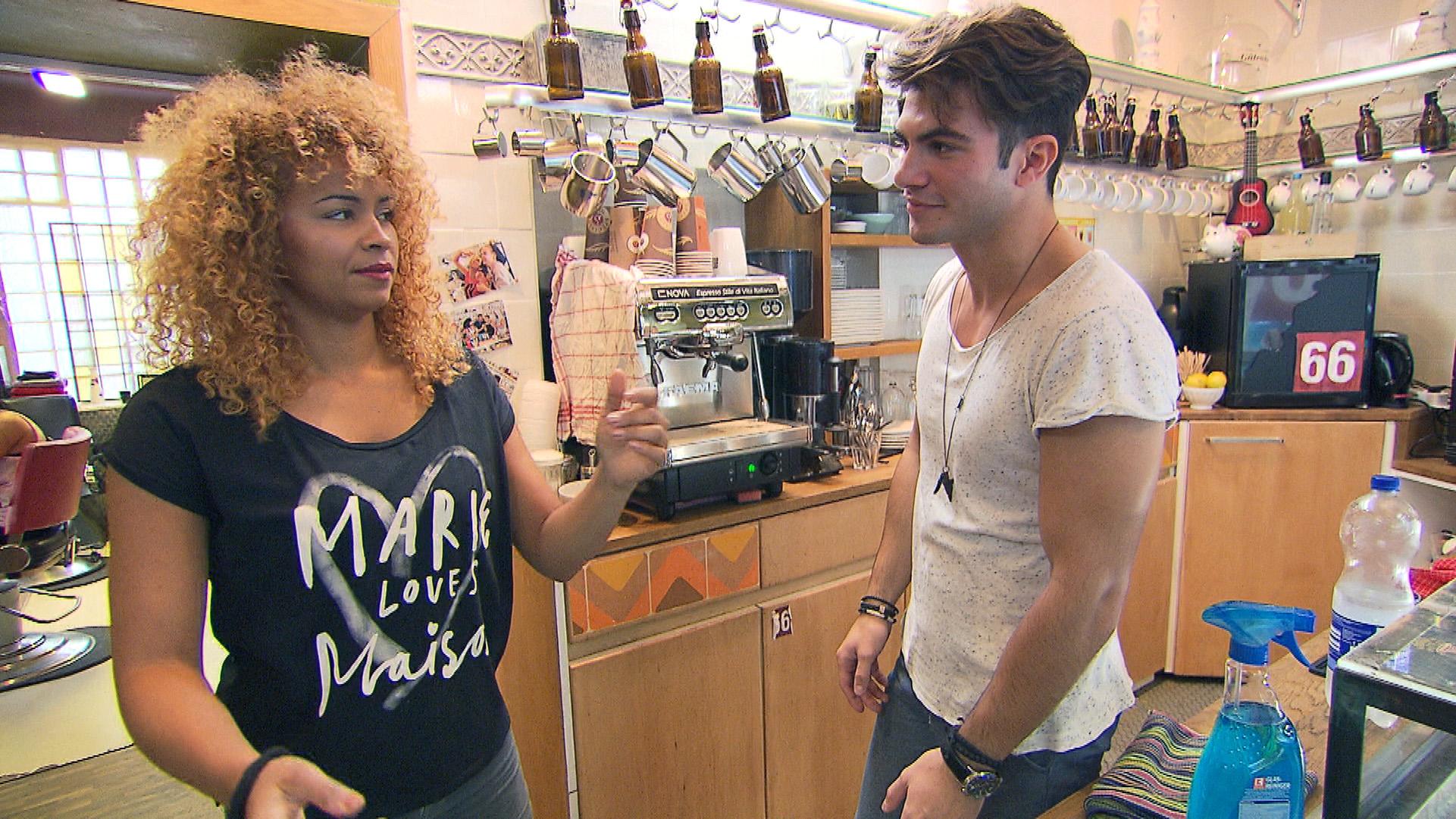 Sam kann sich des Gefühls nicht erwehren, dass der deutlich jüngere Filip mit ihr flirtet... (Quelle: RTL 2)