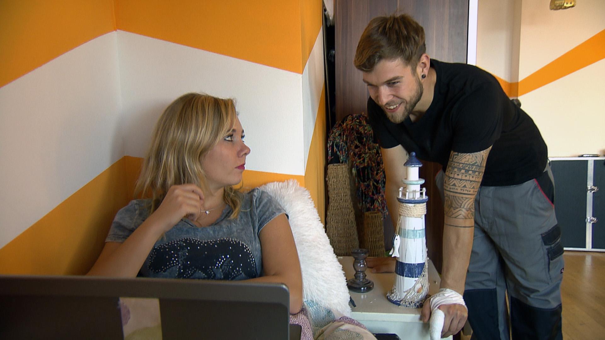 Als Chantal sich das Hochzeitsvideo anschaut, wird sie dabei von Chris überrascht, der erkennt, dass sie doch Gefühle für Kevin hat. (Quelle: RTL 2)