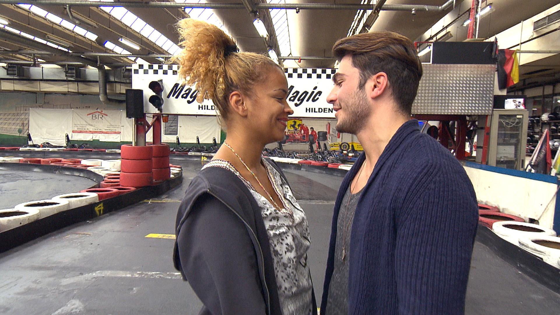 Sam und Fil auf der Kartbahn.. (Quelle: RTL 2)