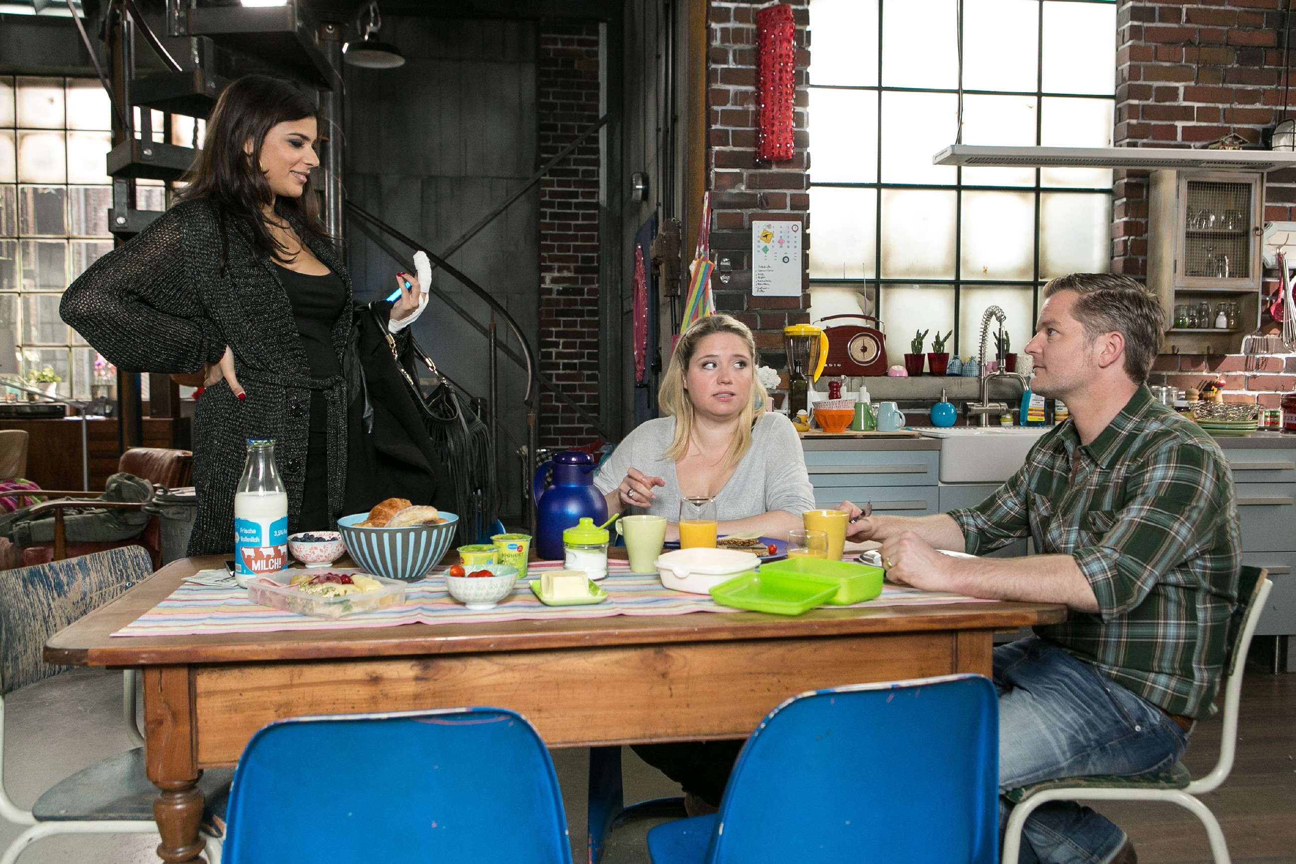 Tina (Tanja Tischewitsch, l.) macht vor Bea (Caroline Maria Frier) und Ingo (André Dietz) die Ansage, dass sie Vanessa verklagen wird, wenn ihr der Daumen abfällt. (Quelle: RTL / Kai Schulz)