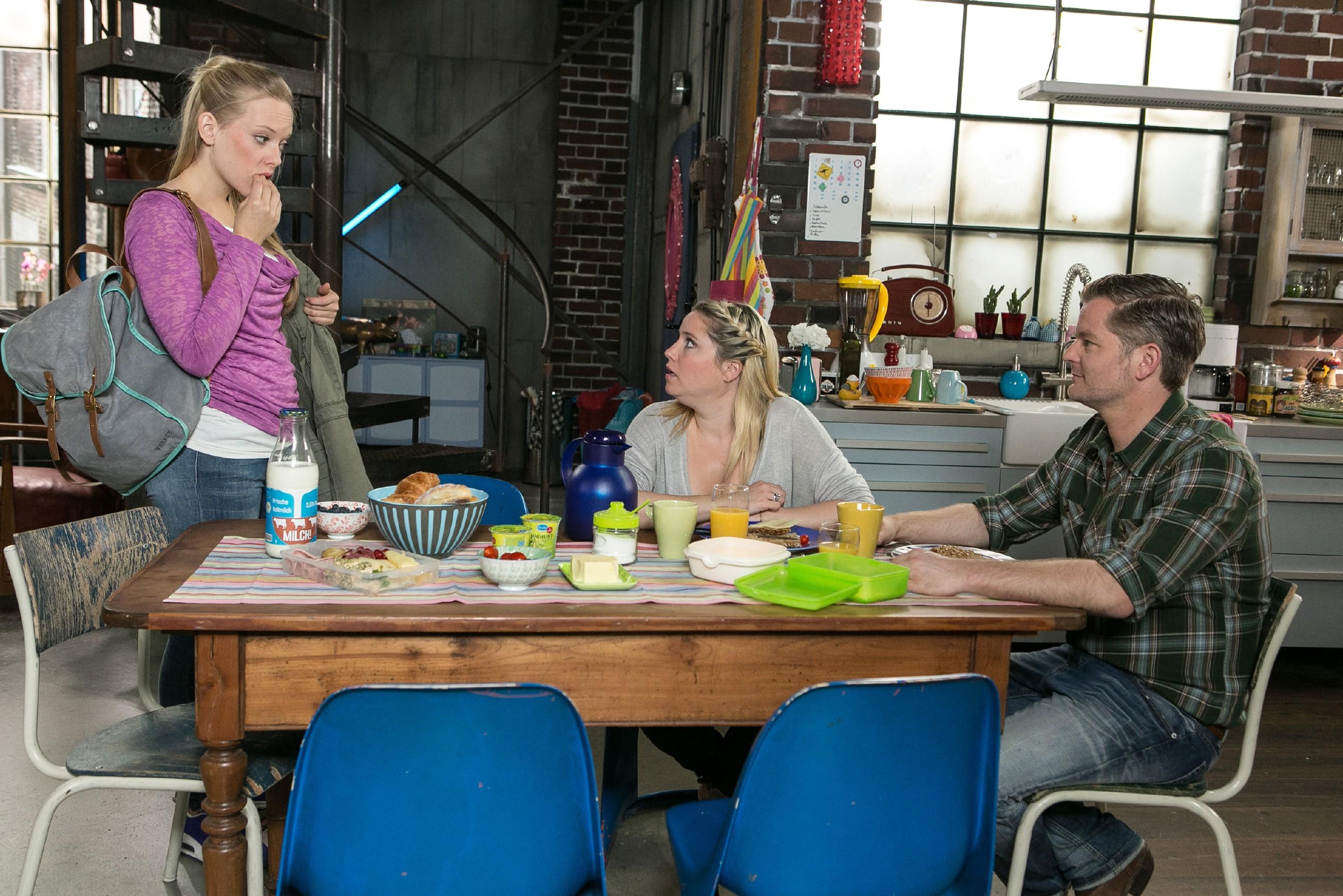 Marie (Judith Neumann, l.) berichtet Bea (Caroline Maria Frier) und Ingo (André Dietz), dass die Steinkamps sich beraten und dann eine Entscheidung treffen, ob sie die OP Kosten übernehmen. (Quelle: RTL / Kai Schulz)